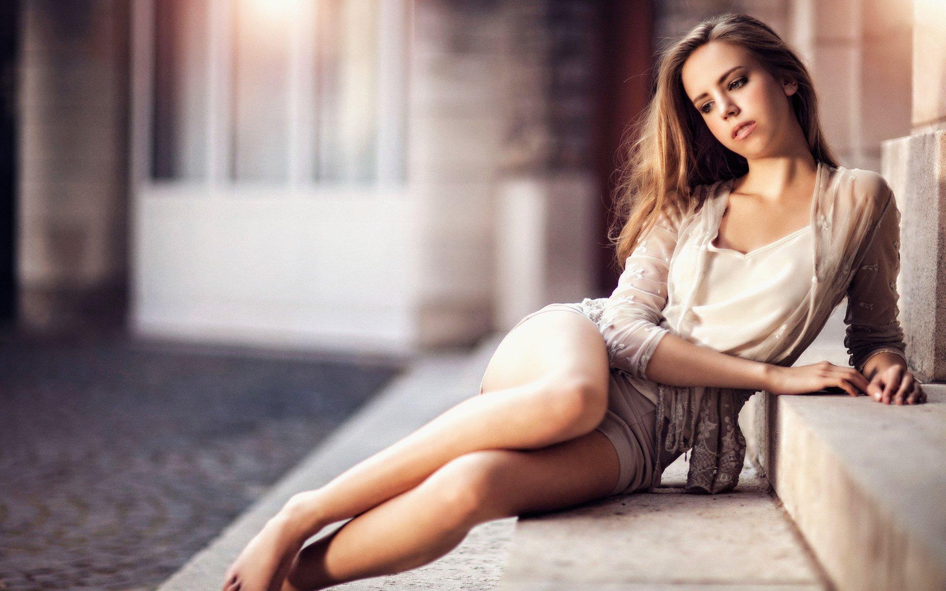 девушка в красивой позе невероятно