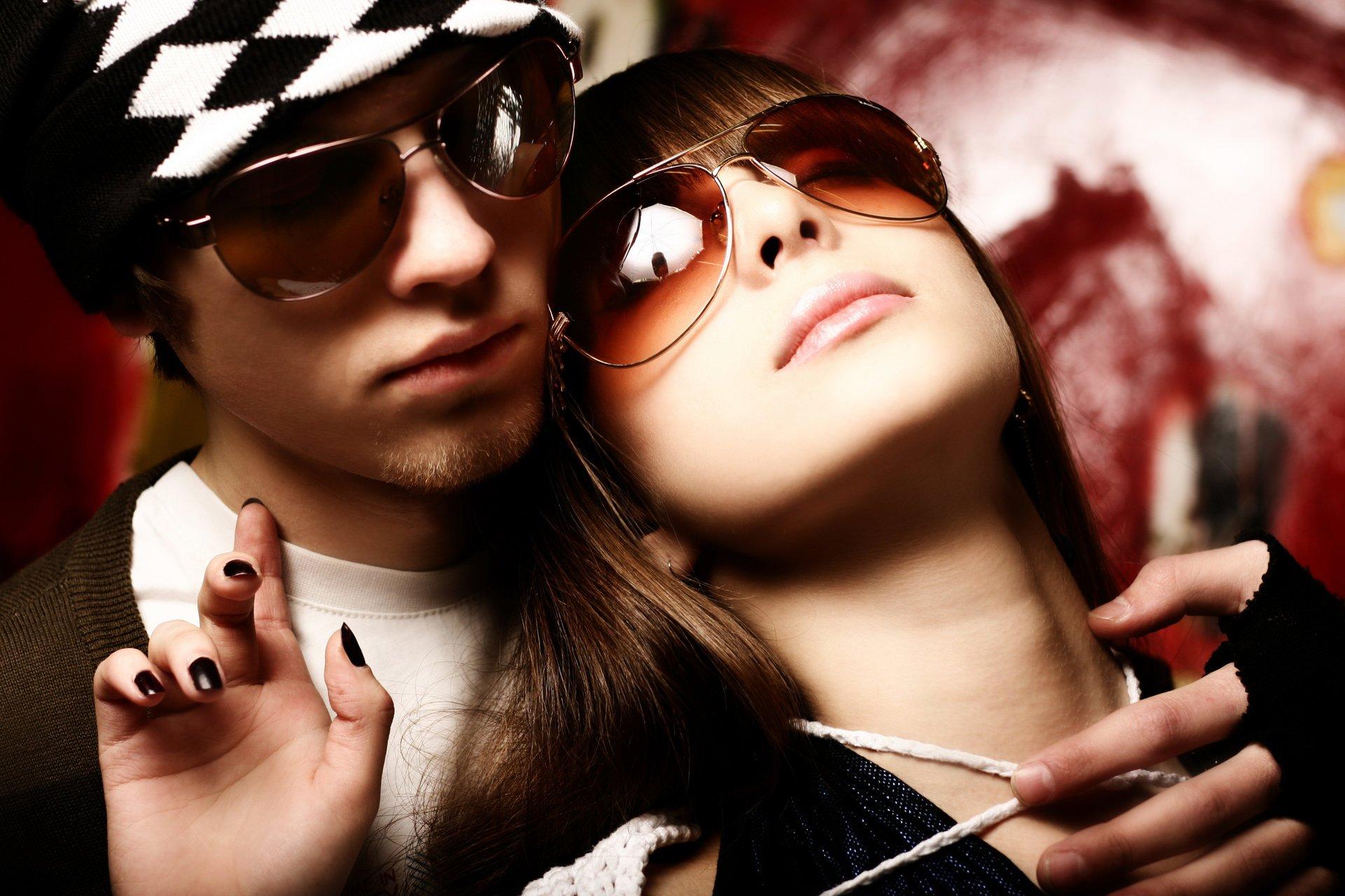 Фото две девушки и парень на аву
