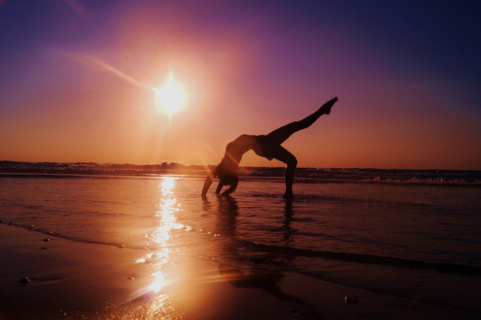 йога на фоне моря фото времени