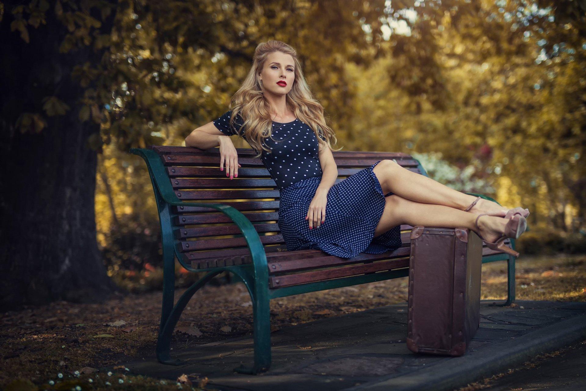Стройная в парке, Стройную брюнетку отодрали на дорожке в парке двое 22 фотография