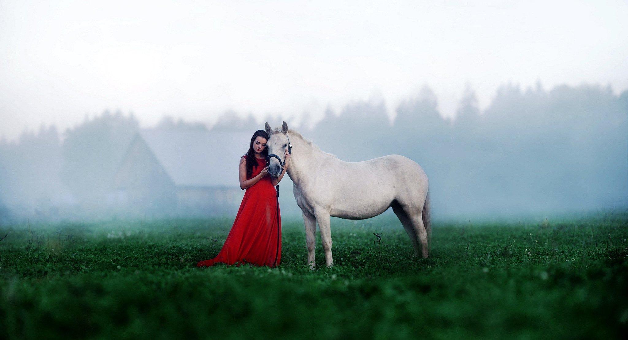 Брюнетка в шляпе с лошадью бесплатно