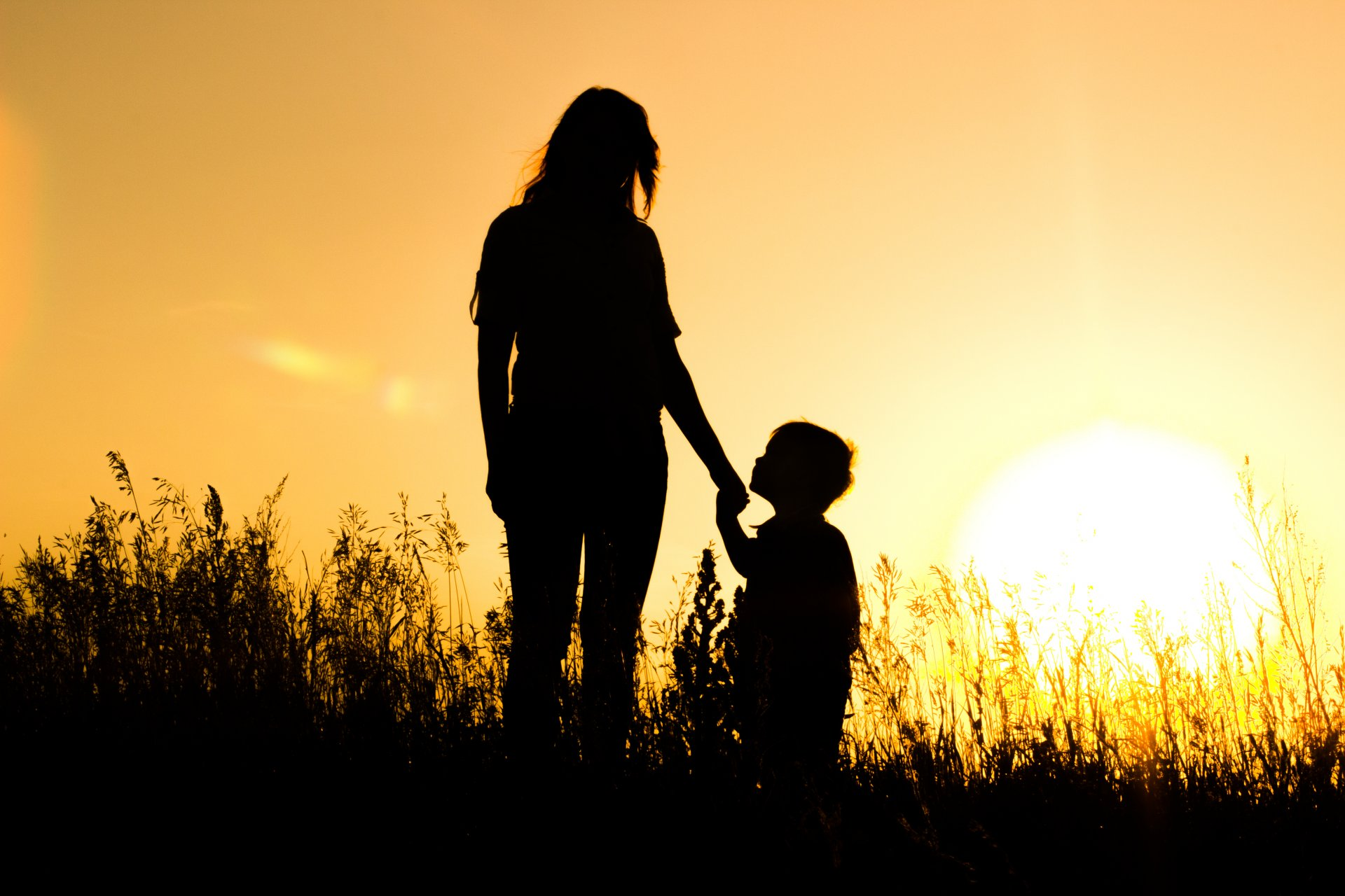 Фото мама с ребенком в тени