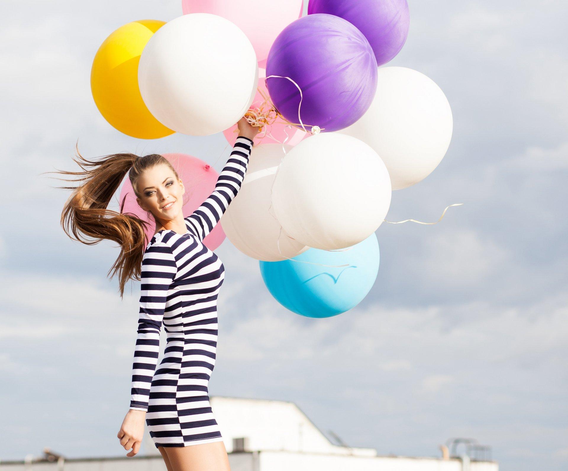 девушка с игрушками шары фасада зайдут
