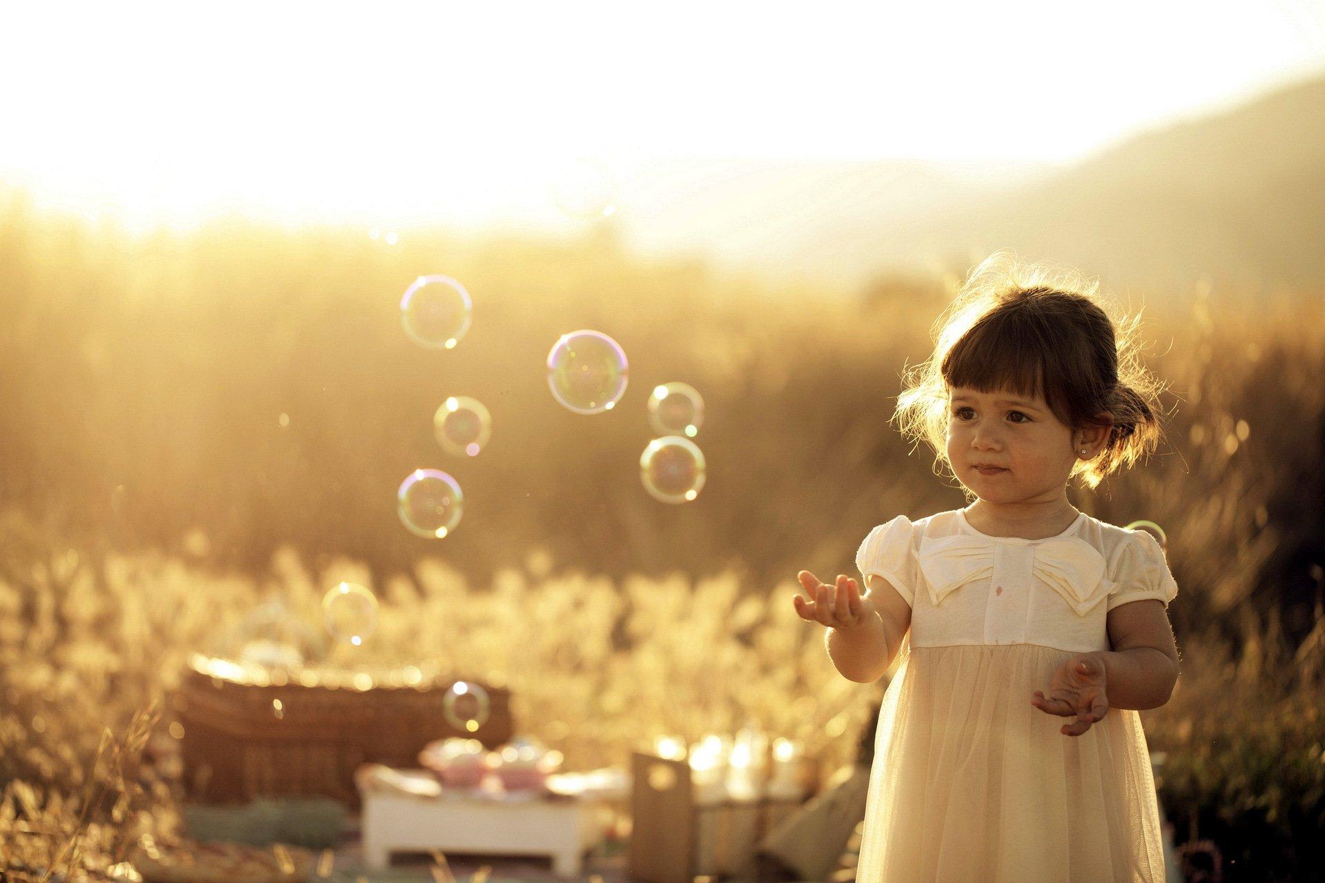 милая девочка с мыльными пузырями  № 1823236 без смс
