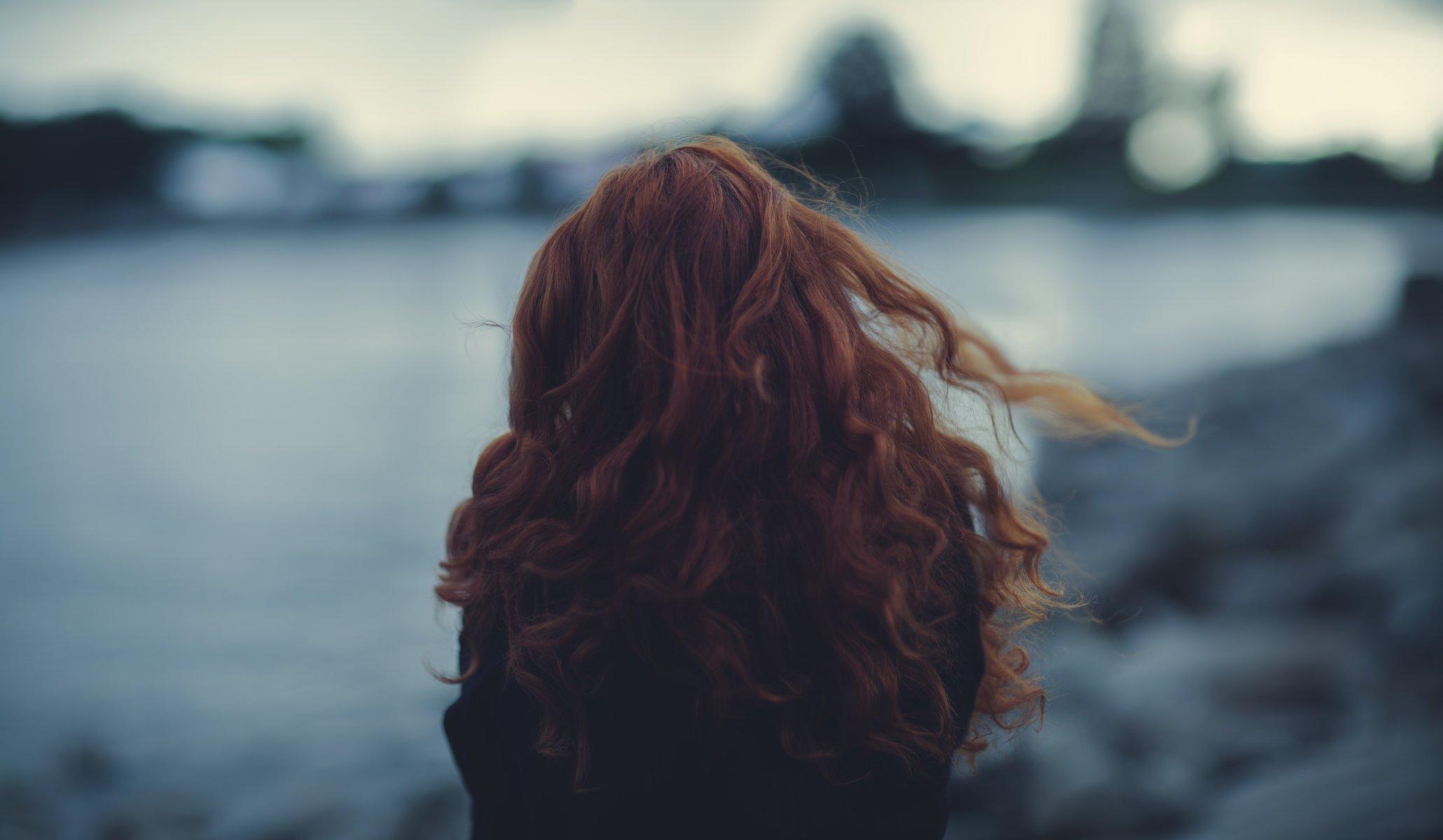 фотография красивой девушки рыжей со спины это сделал