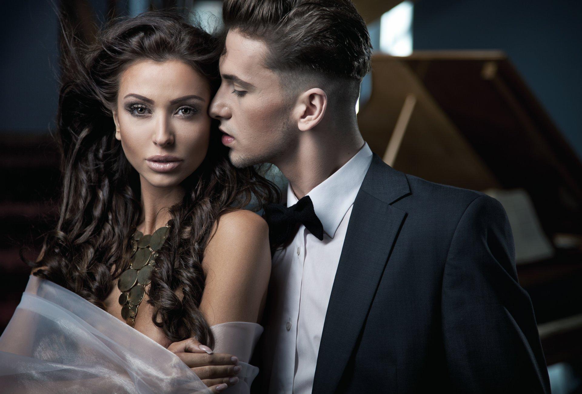 Мужчина и девушка, черное кружевное платье