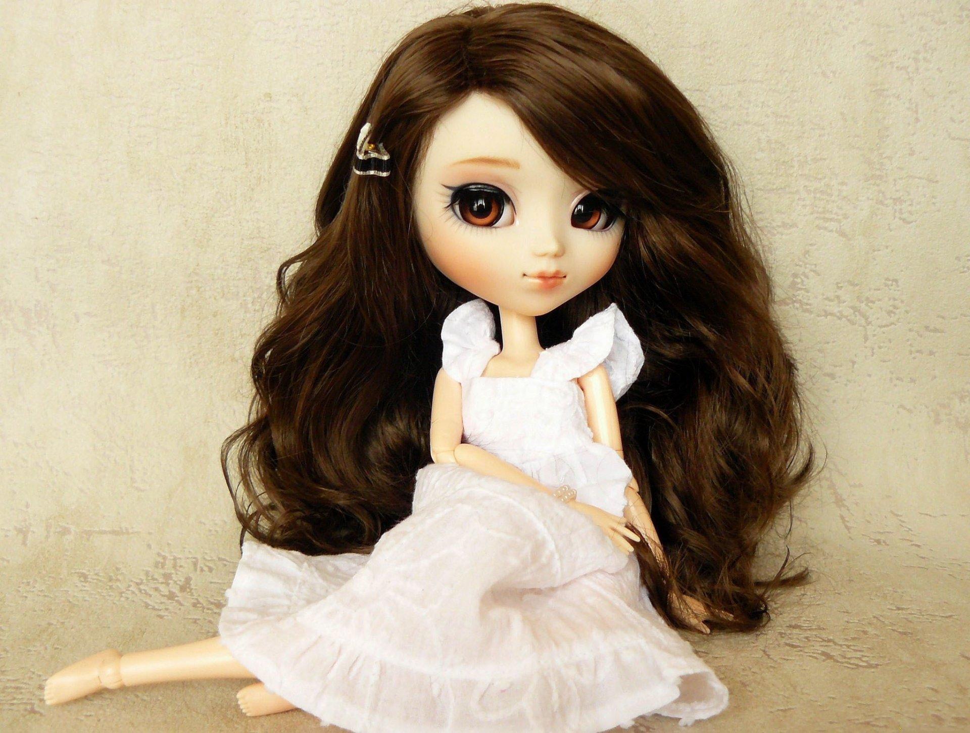 Кукла с темными волосами
