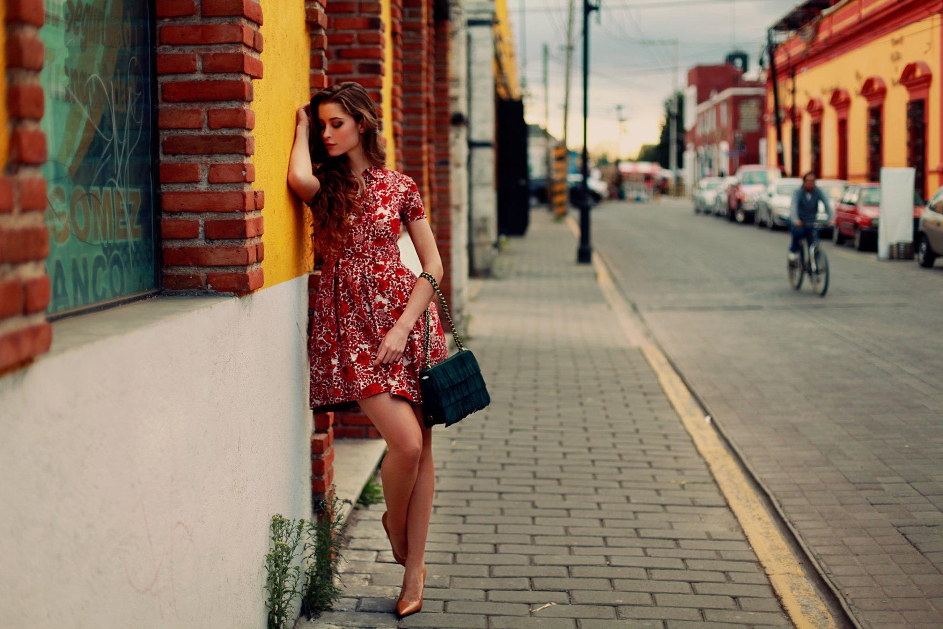 Фото девушки в платьях на улице