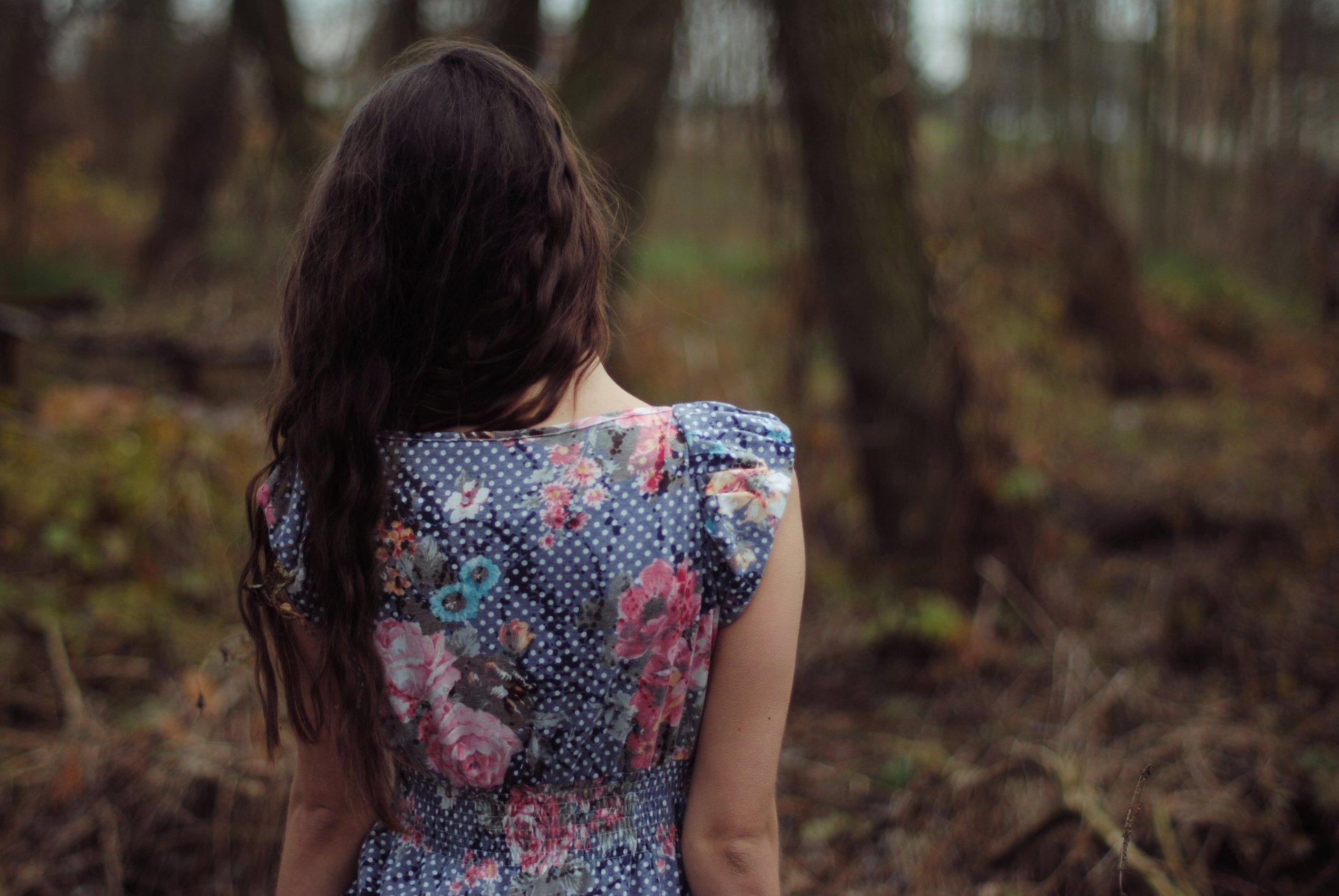 Картинки девушка сзади брюнетка