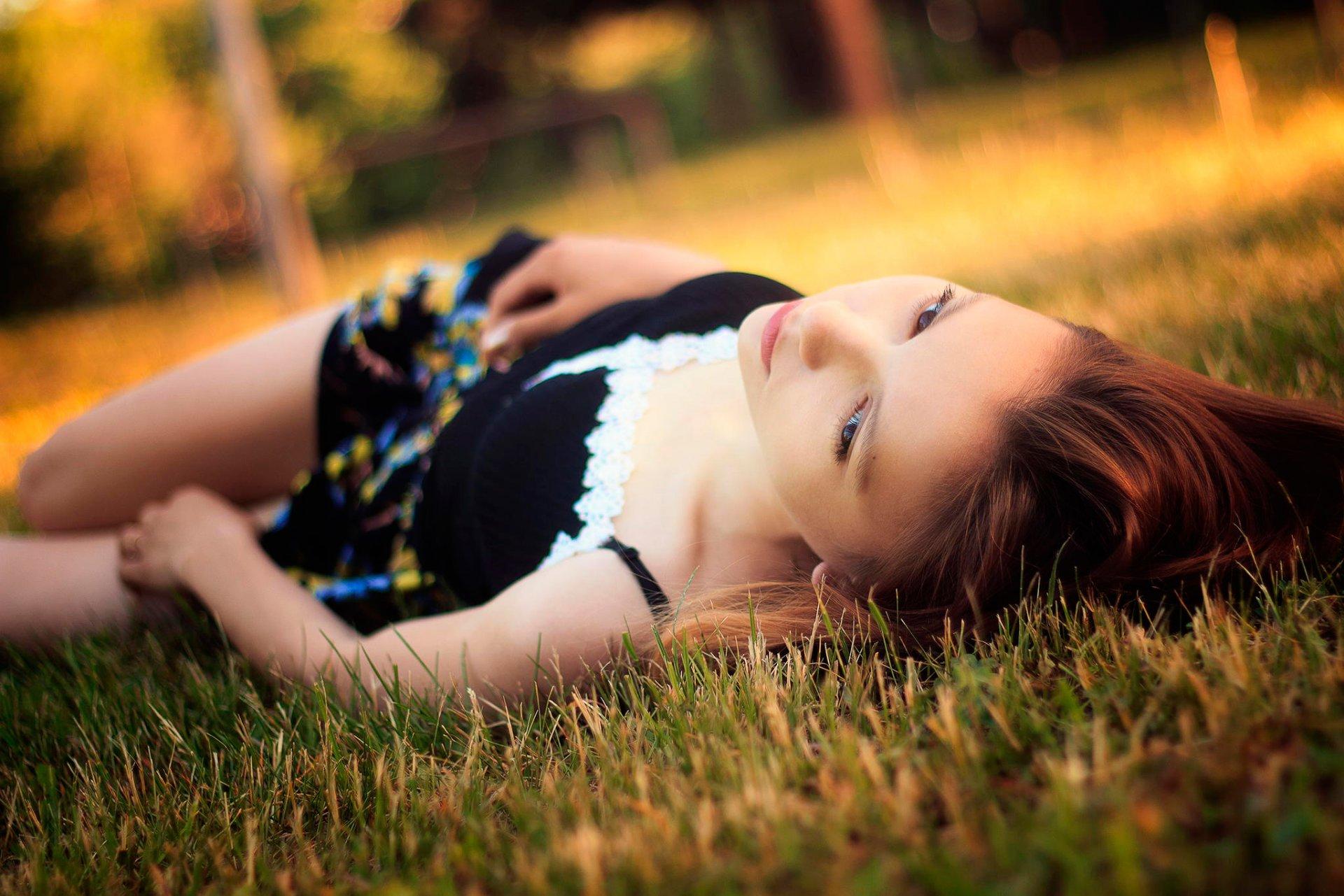 девушка с книжкой на лужайке бесплатно