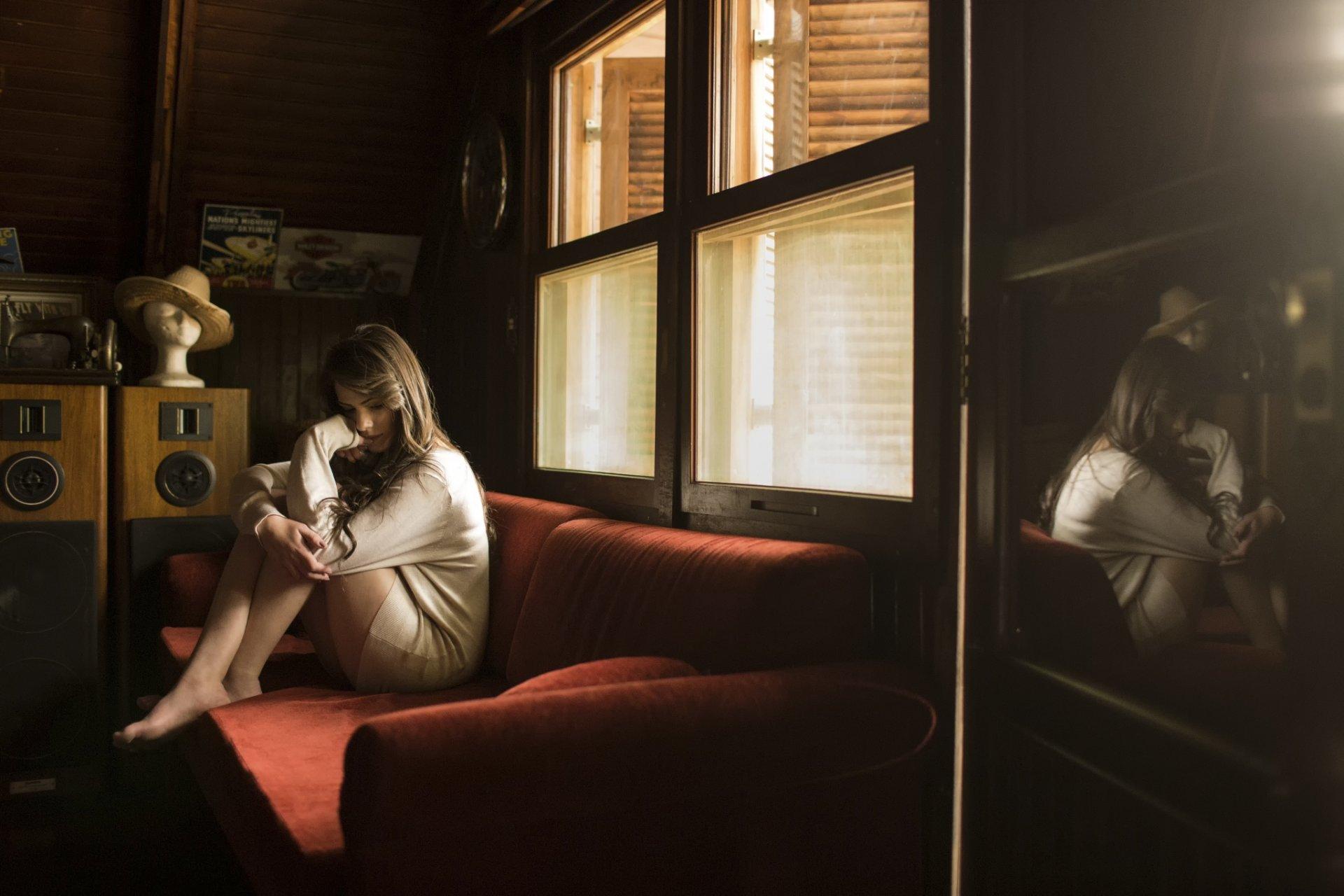 Фото девушки ночью на диване