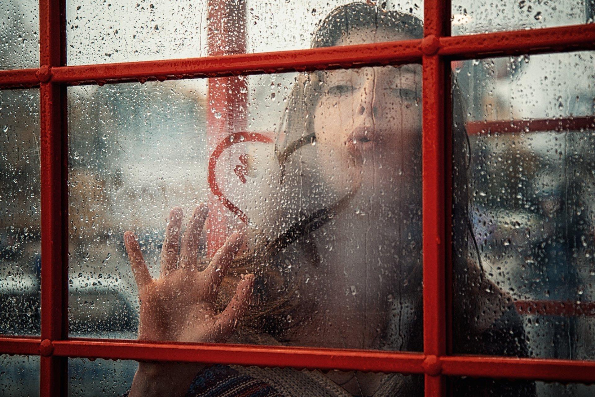 скучающая девочка в окне поезда бесплатно