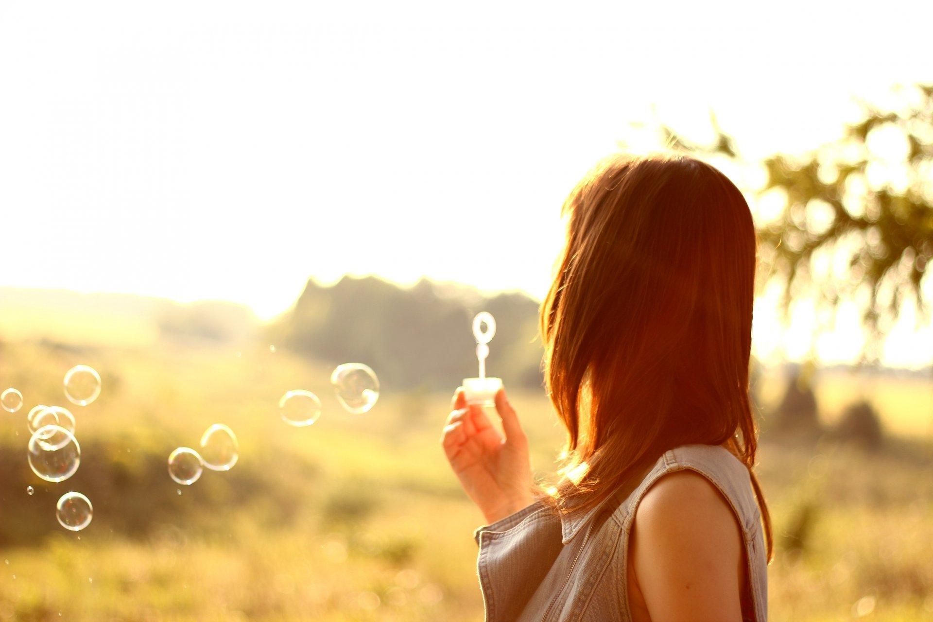 Фото девушек с мыльными пузырями со спины