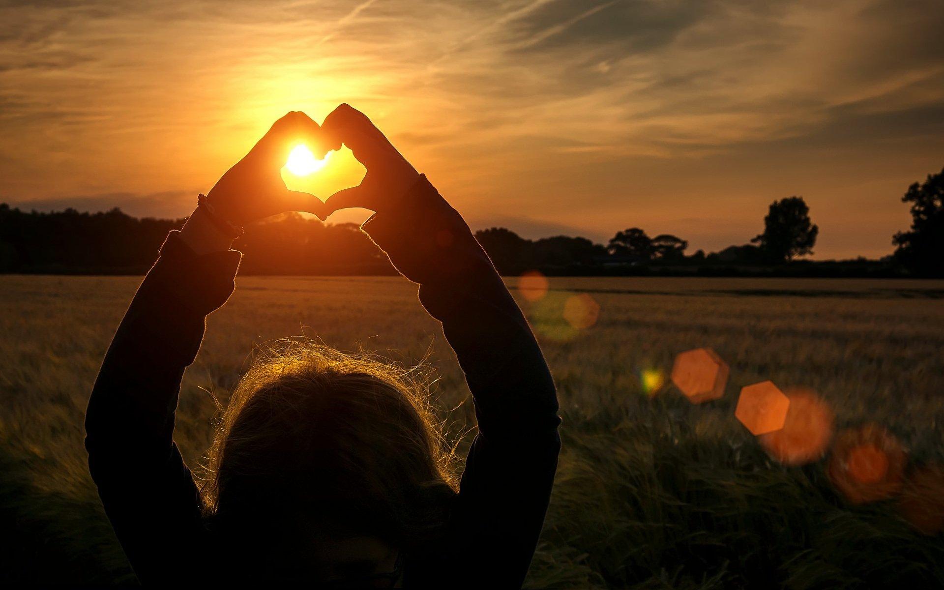 картинки у девушки в руках сердце