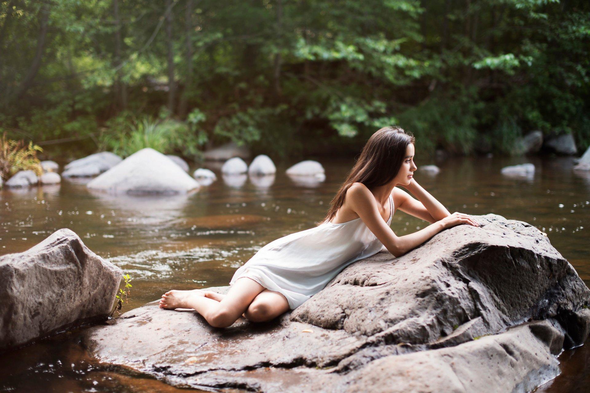 Молодая красавица снимается на булыжниках в воде  46029