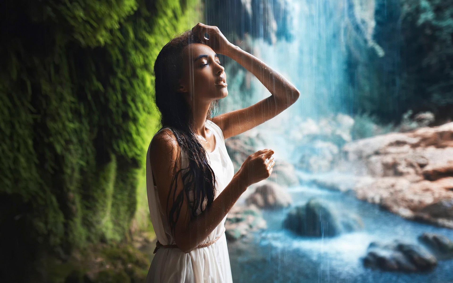 Девушка у водопада фото