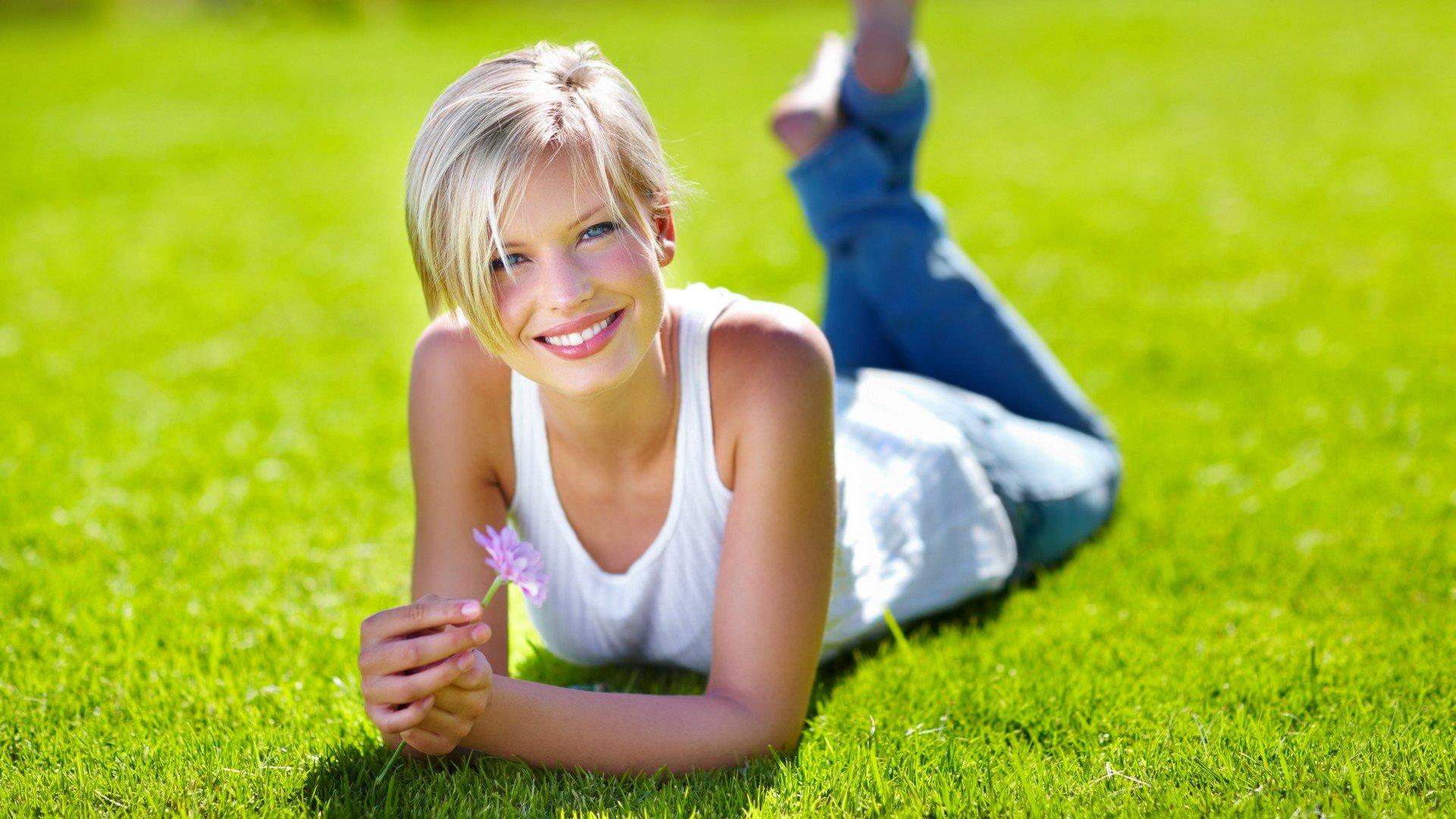 счастливая девушка с книгой на лужайке подборки