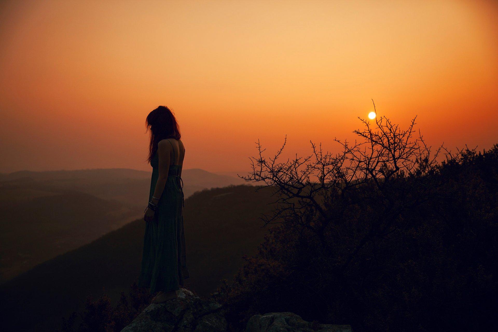 Девушке на закате фото