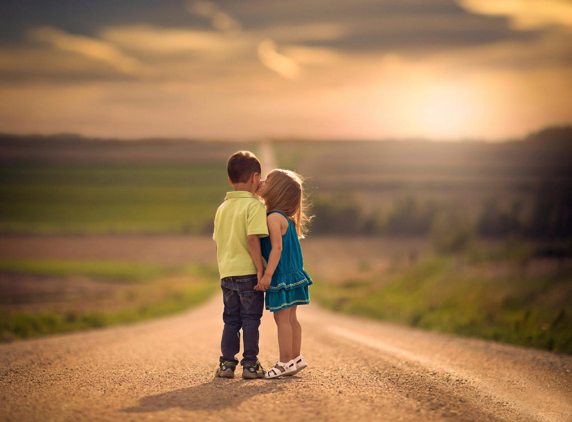 Картинки целуются мальчик и девочка