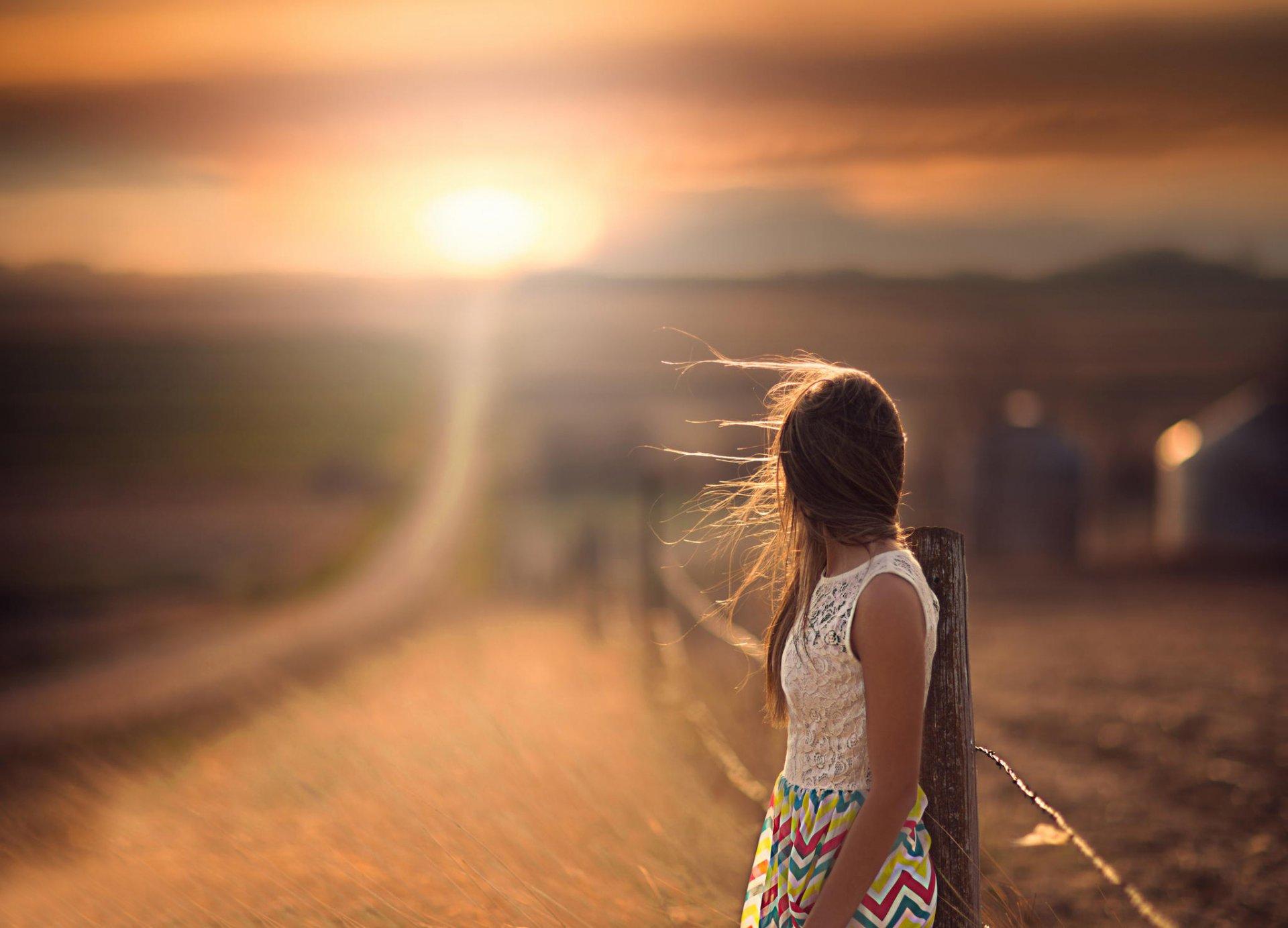 Фото девушки брюнетки спиной на дороге