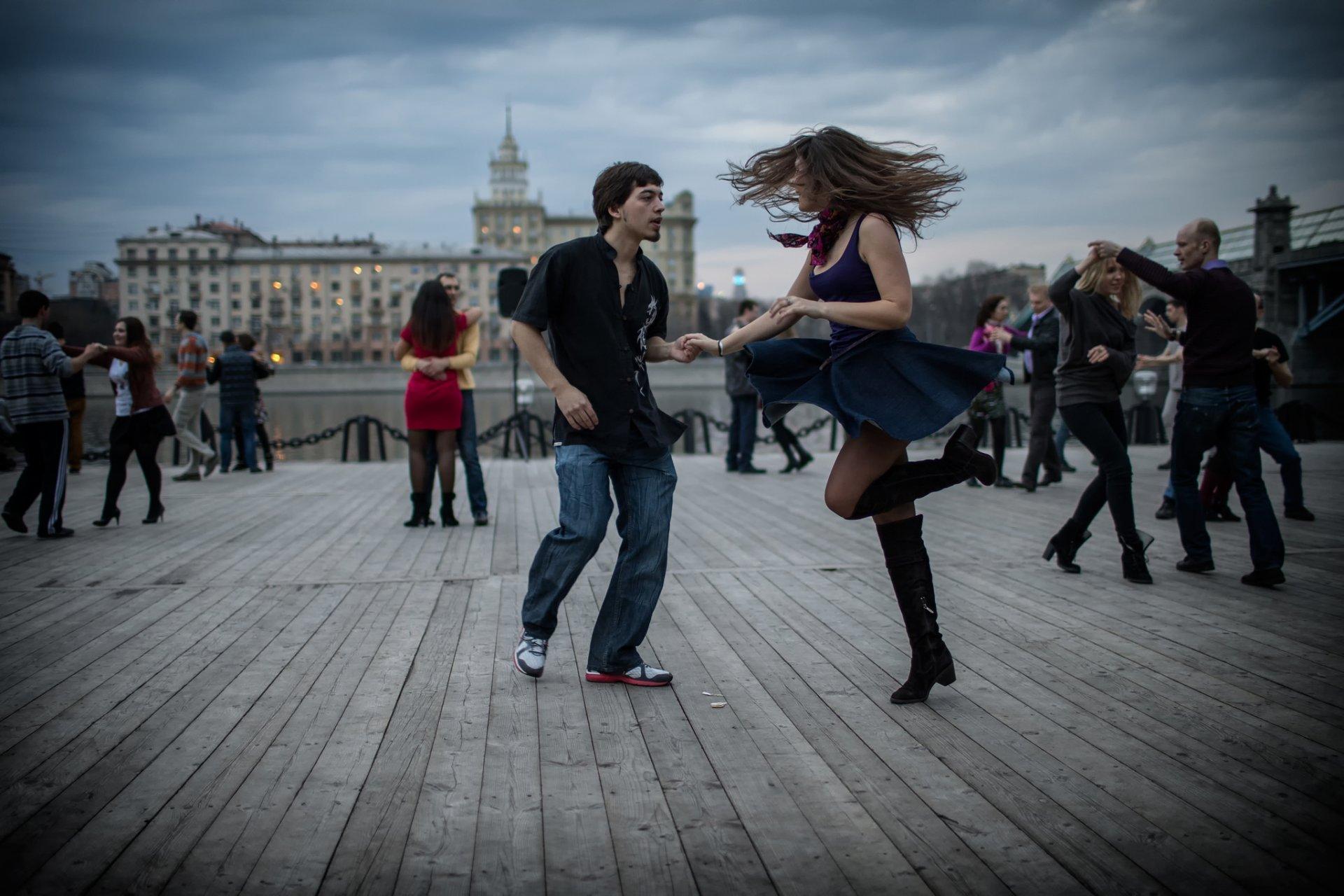 Картинки танцующих пар на красивых европейских улицах, днем