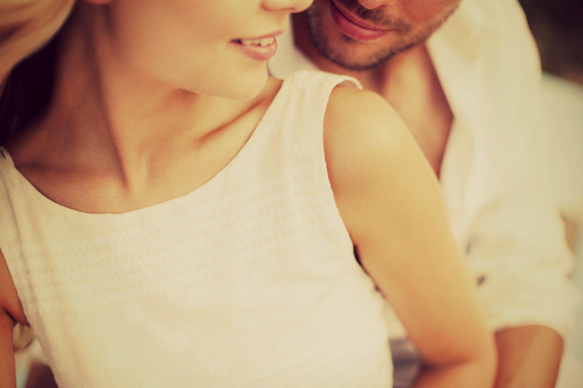 Фото обнимающихся парня и девушки блондинка