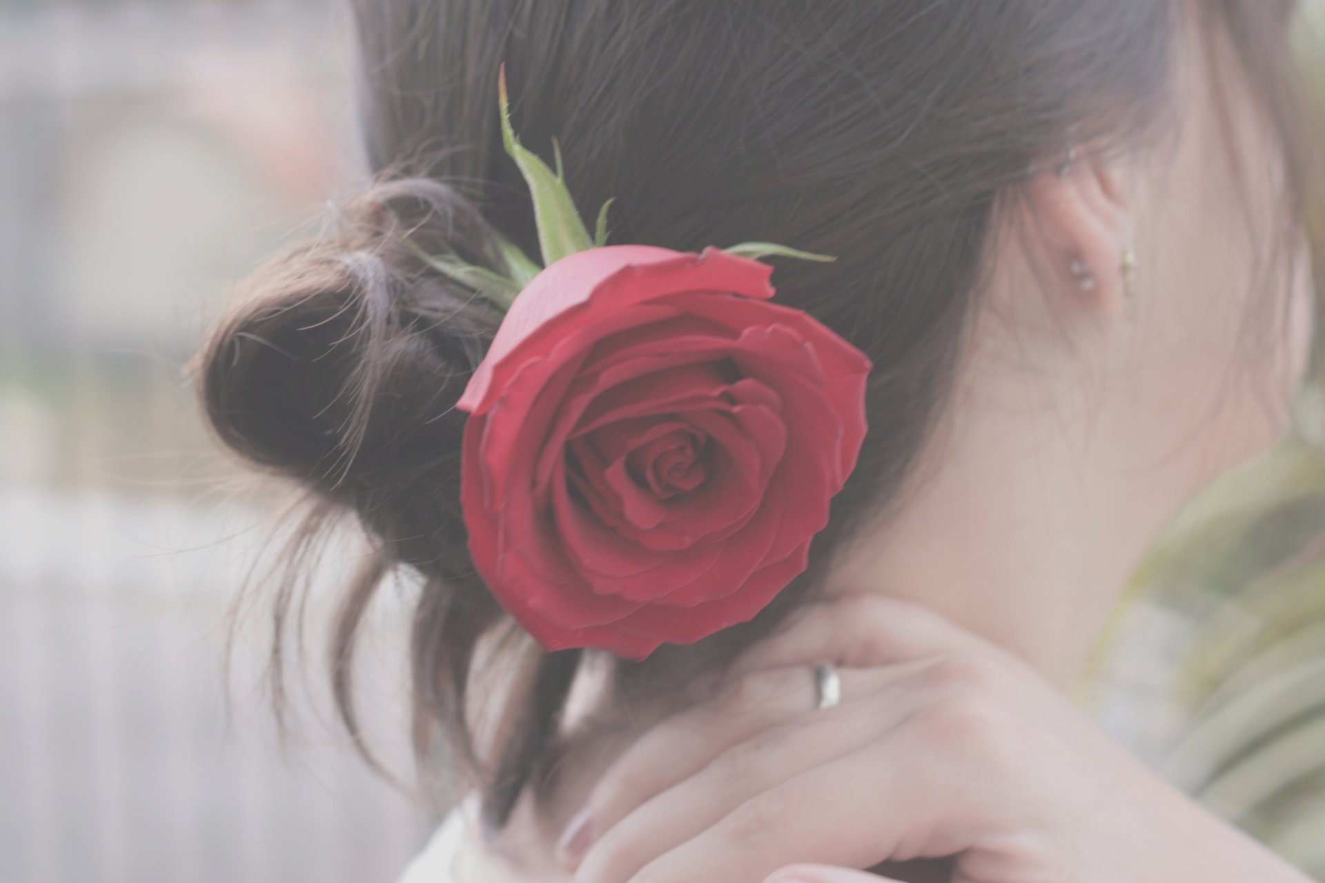 Фото брюнетки с розами на аву
