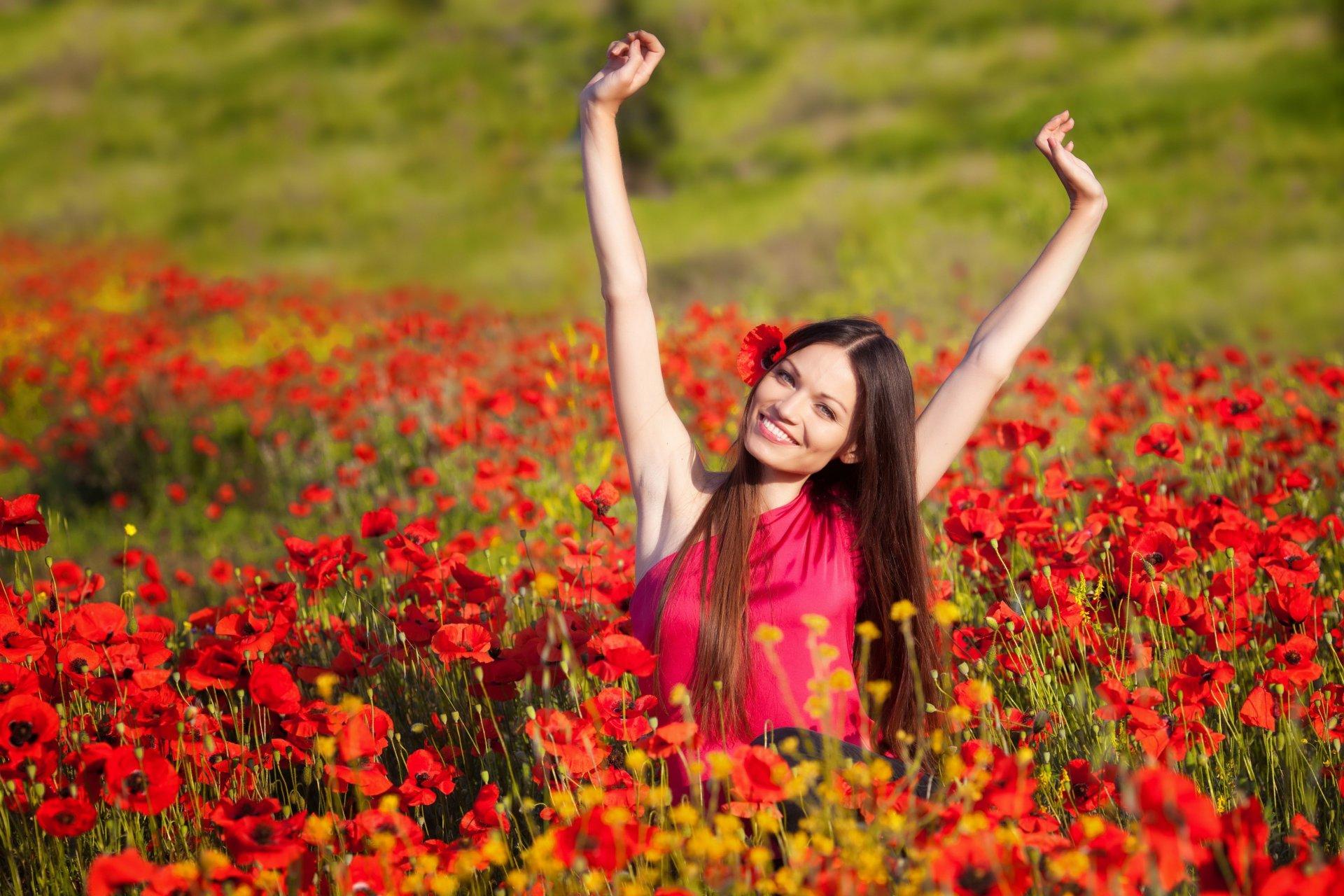 Девушки в поле с цветами и