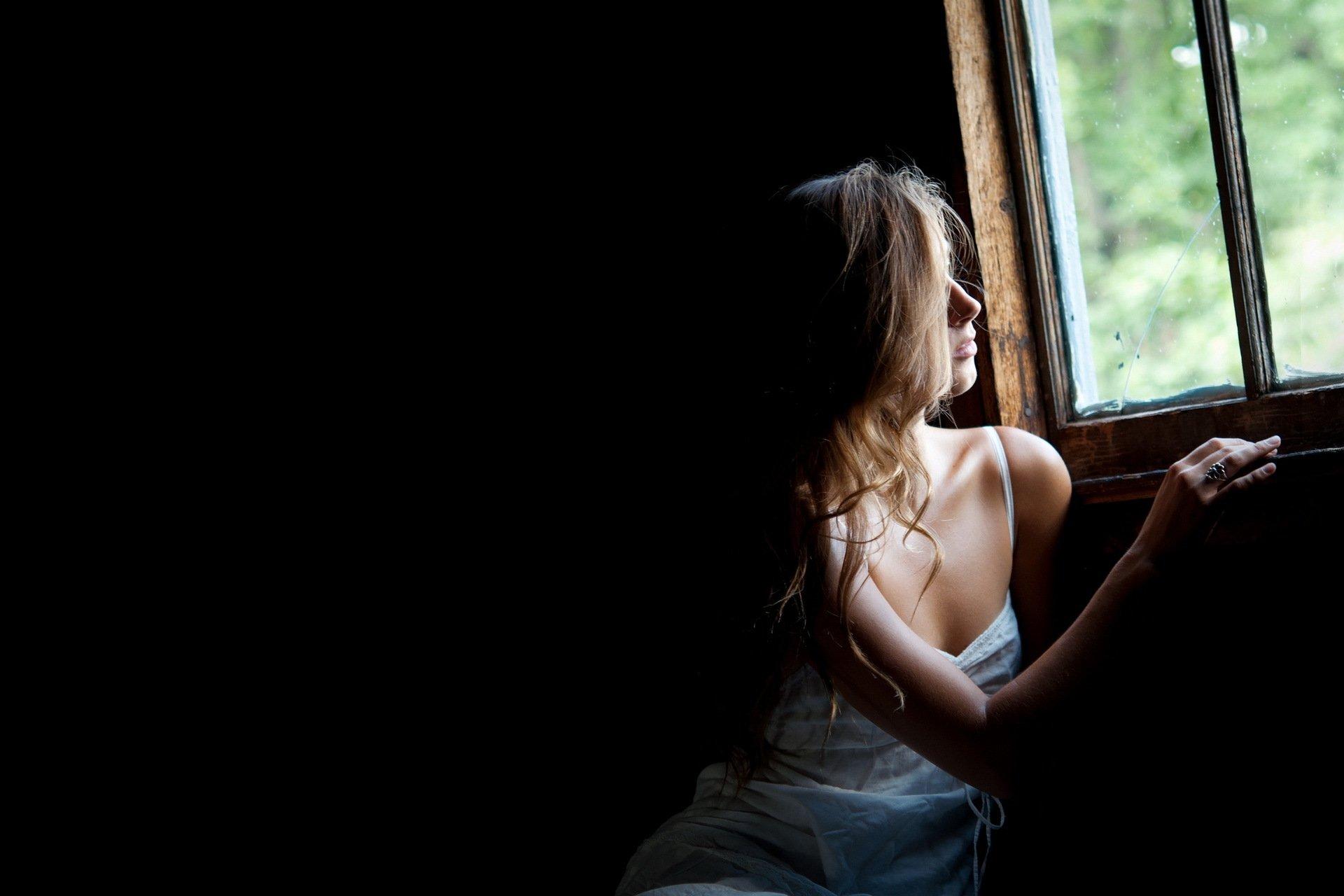 картинки девушка возле окна брюнетка рекомендовали