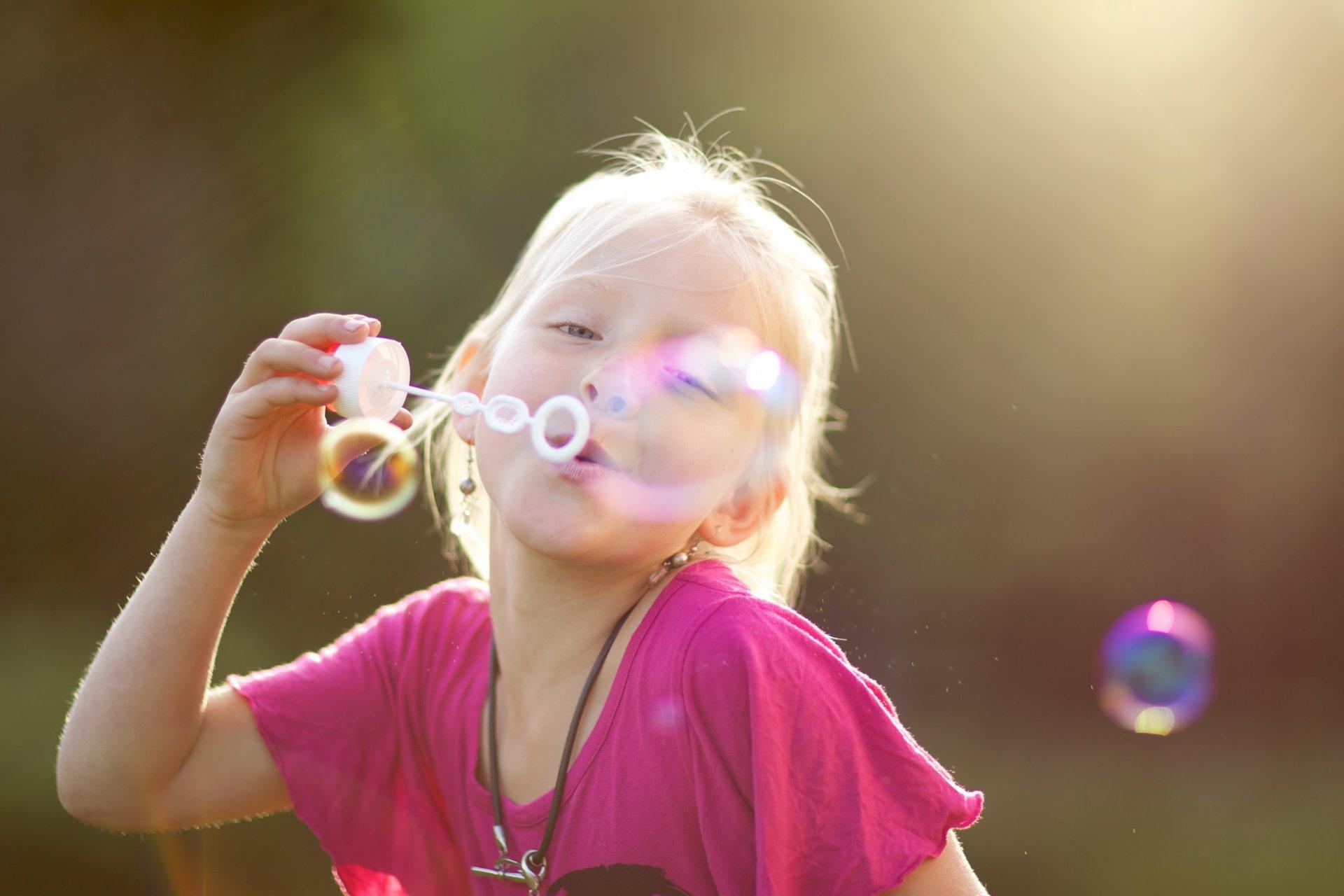 милая девочка с мыльными пузырями  № 1823140  скачать