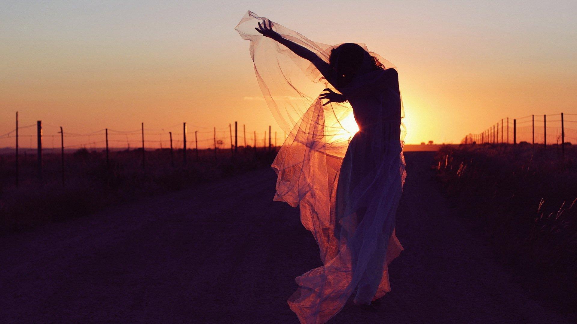 девушка на прогулке на закате в хорошем качестве