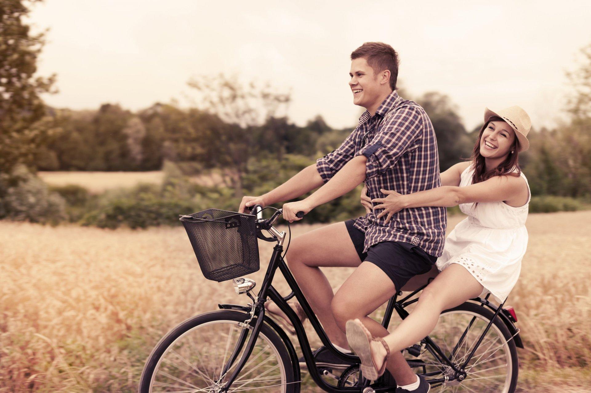 Двое на велосипеде в картинках