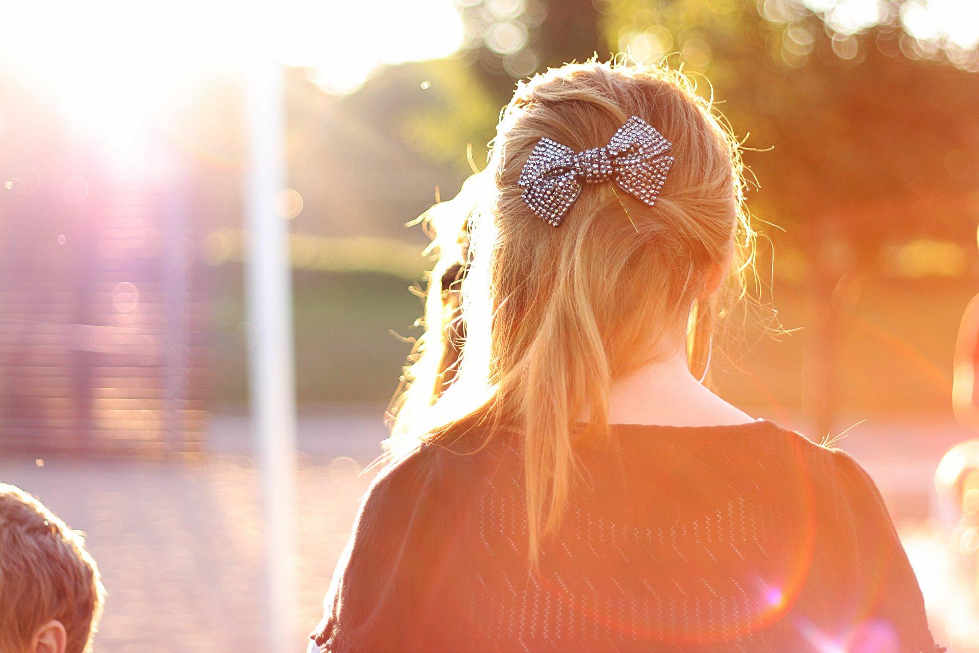 Девушка с русыми волосами со спины фото