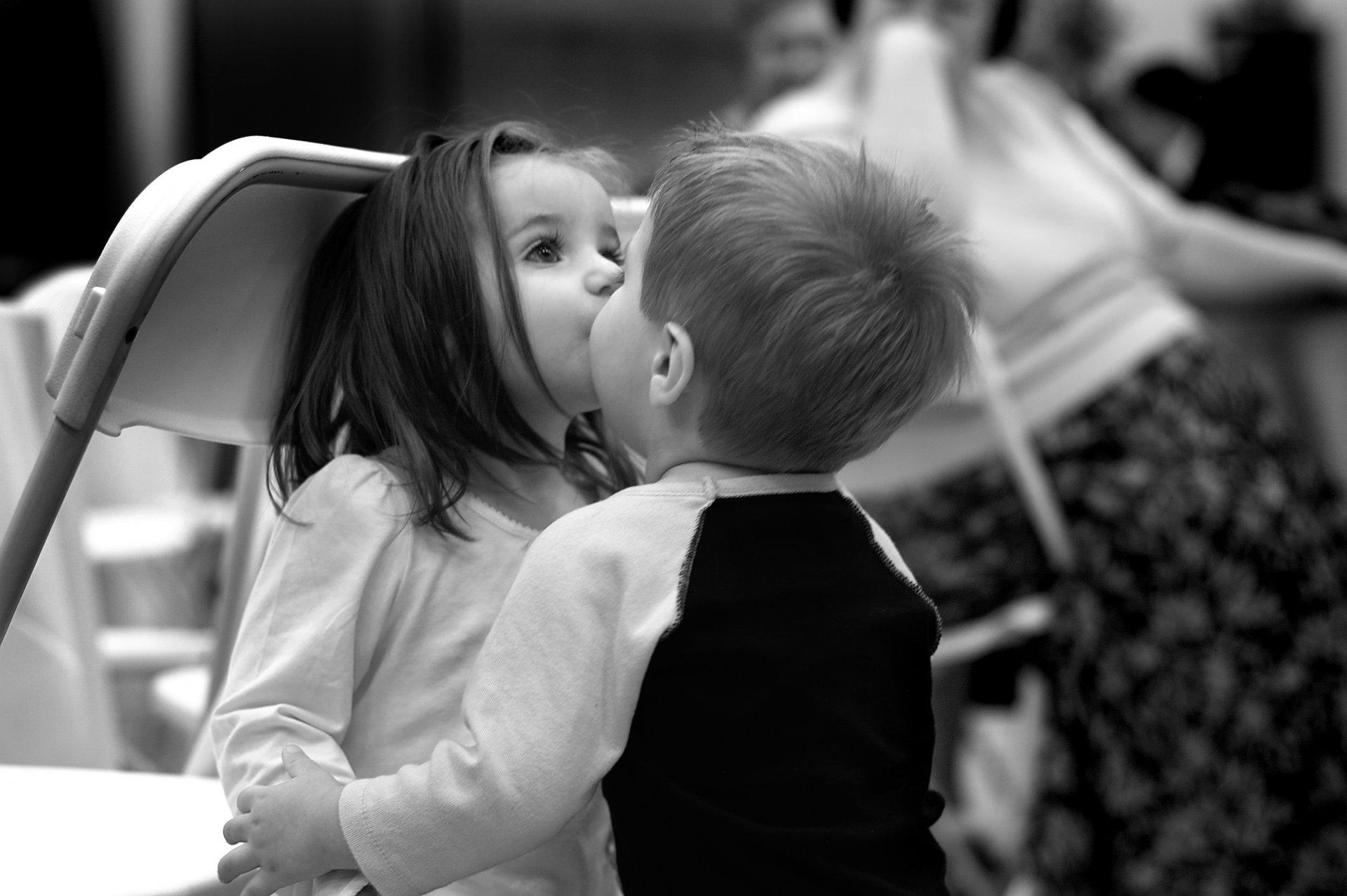 Картинки мальчик целует девочку в губы