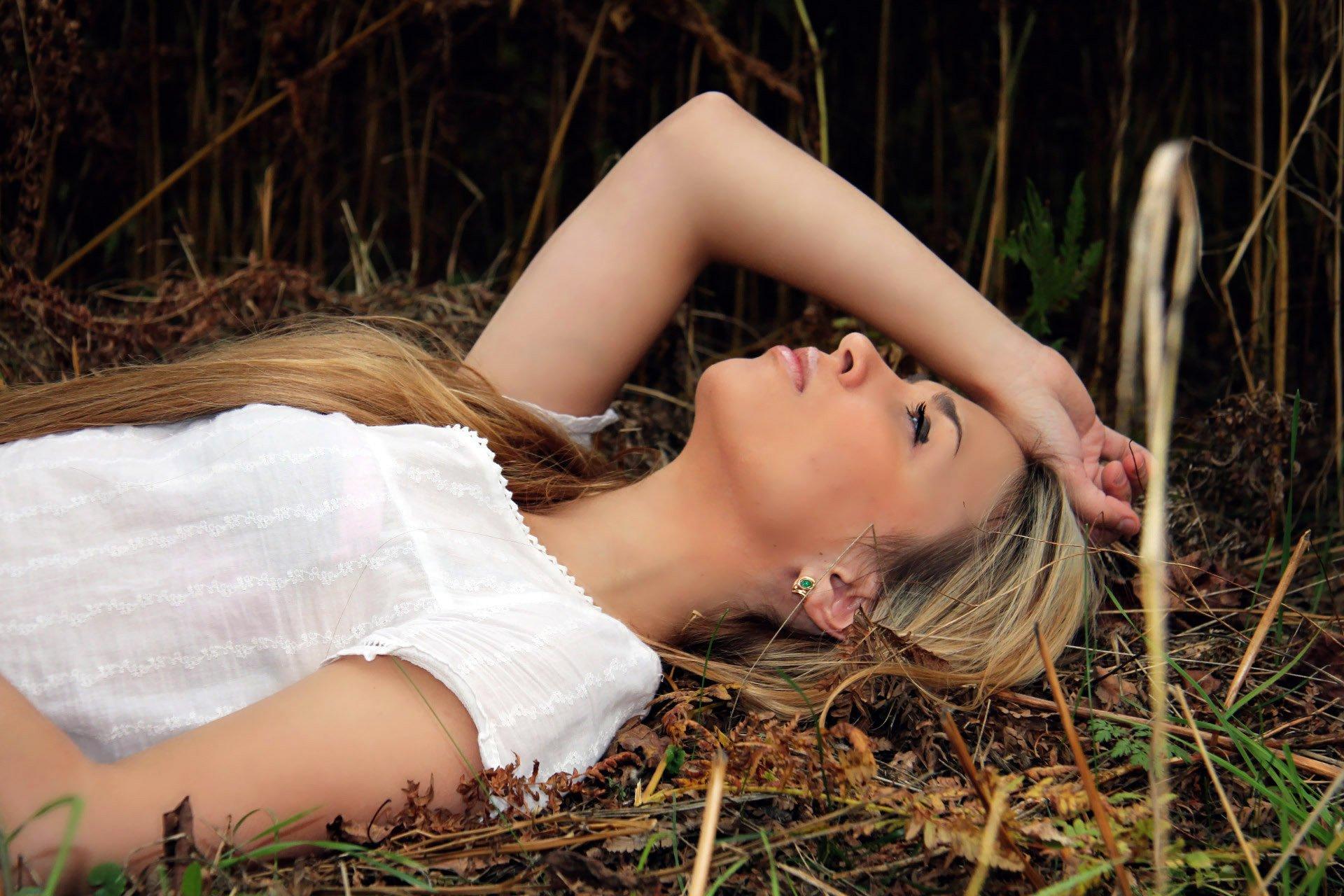 blondinki-na-prirode-foto-foto
