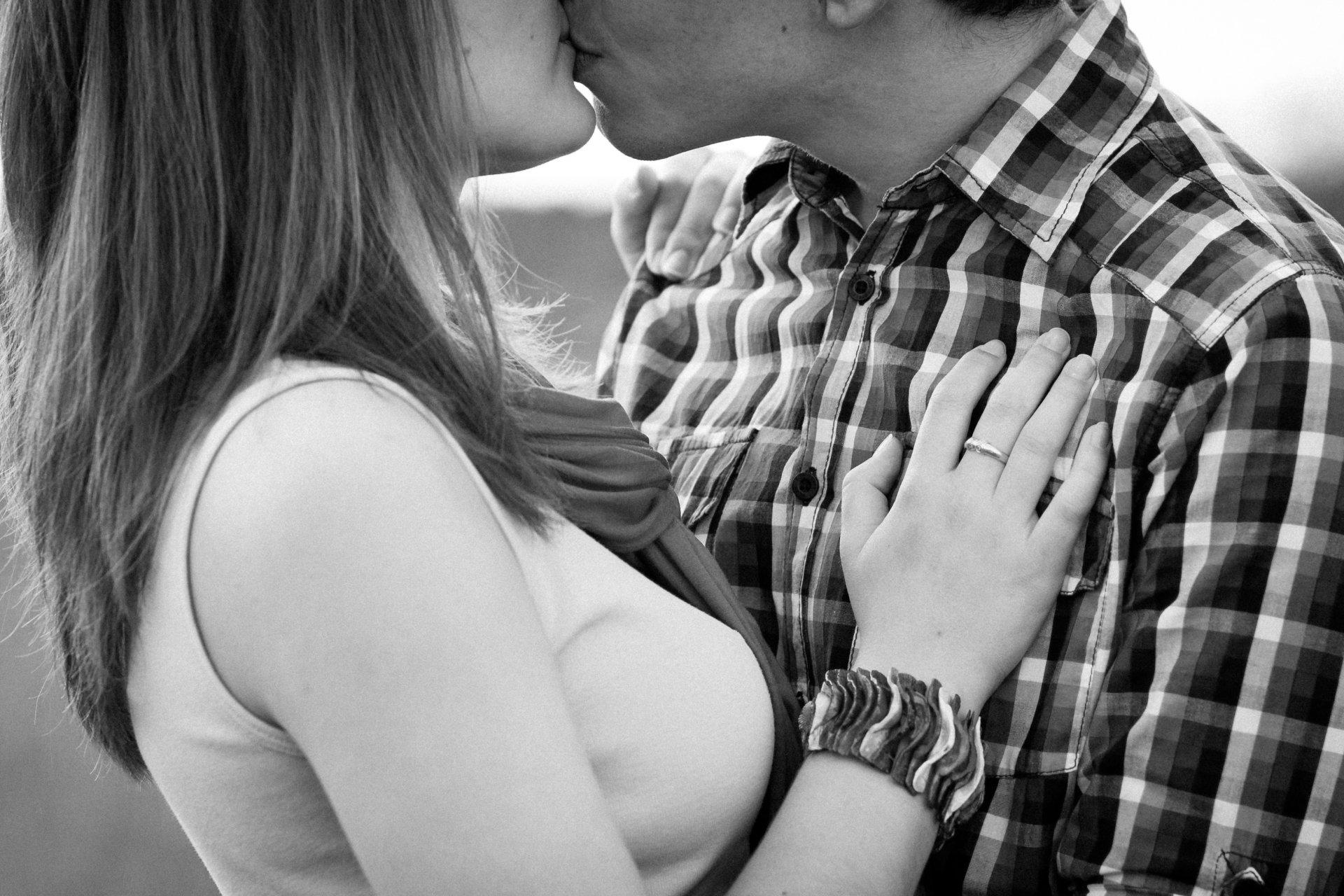 Фотка поцелуй девушка с русыми волосами
