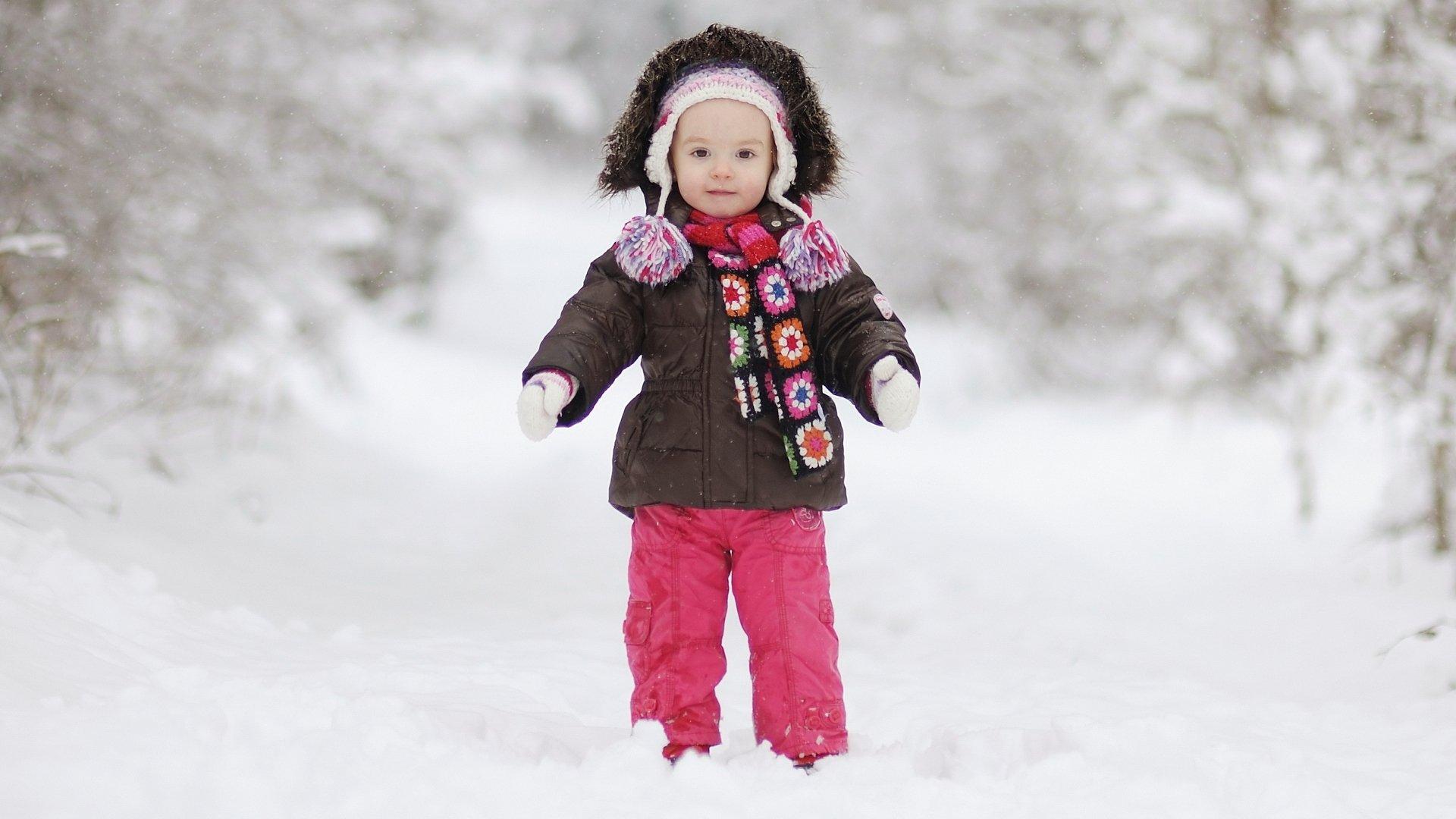Ребенок на снегу анонимно