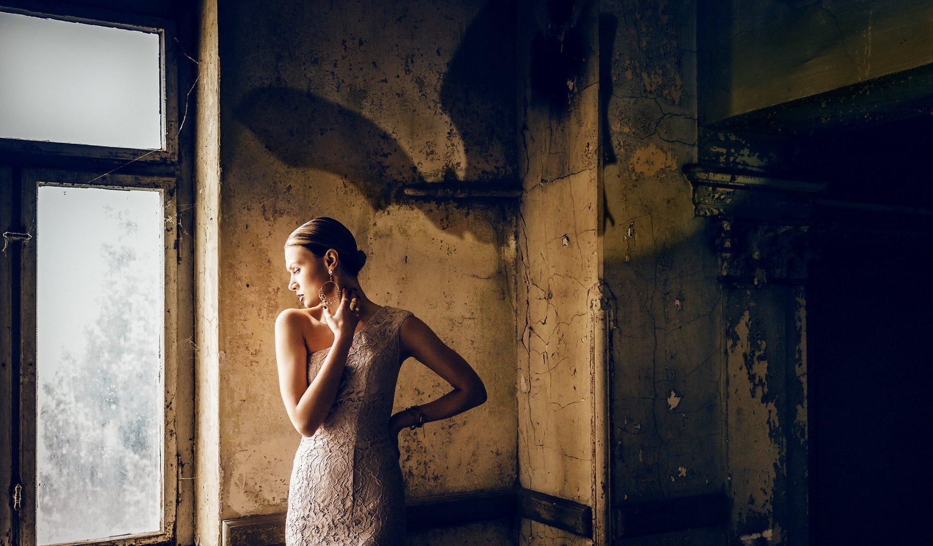 Фото девушки в тени в квартире
