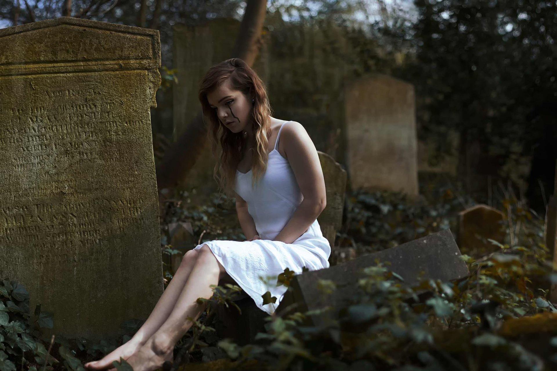 Беременная женщина на кладбище 1