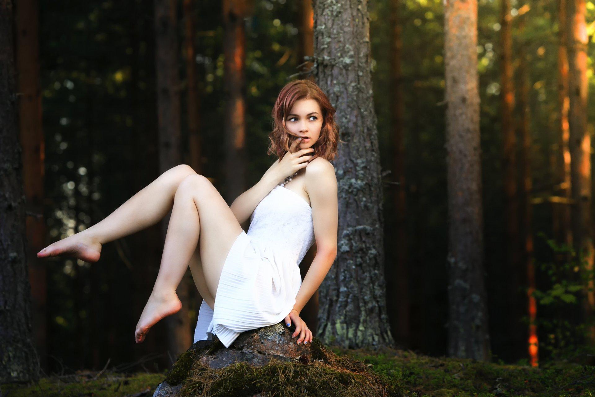 Девушка дает в лесу посетила