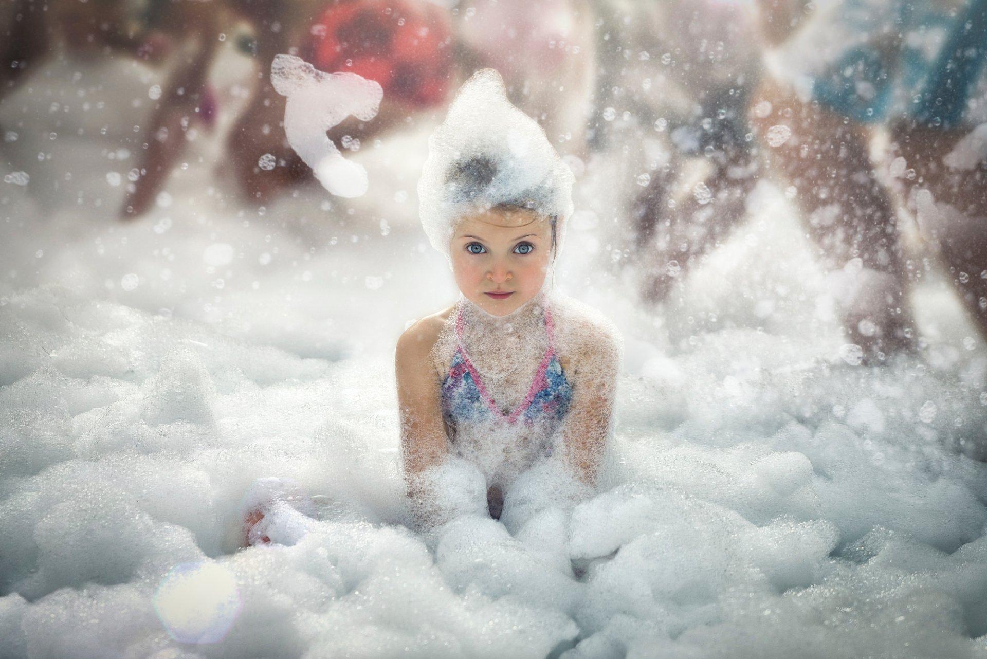 девушку намылили снегом торопливо, мешком