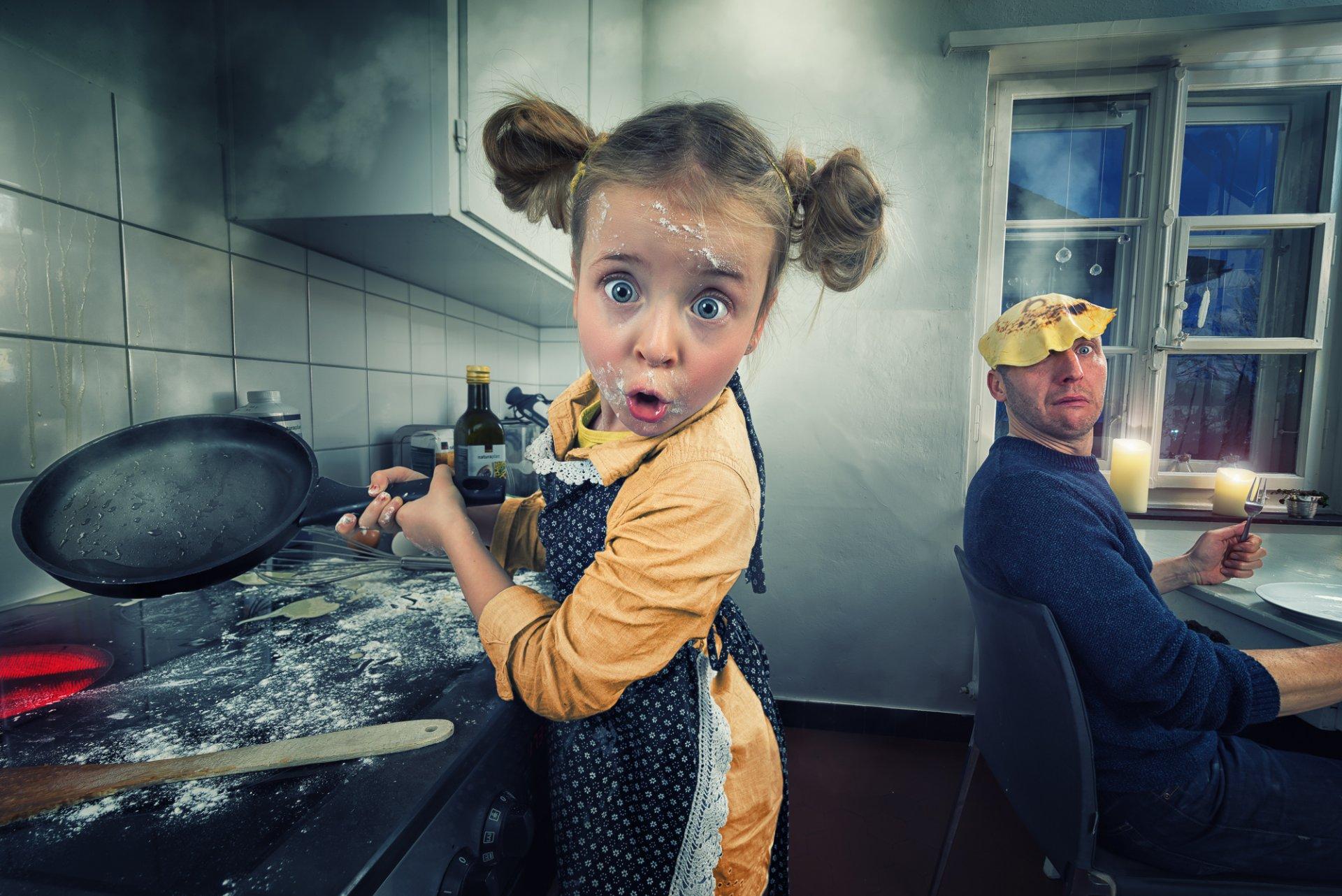 Картинки девочка на кухне