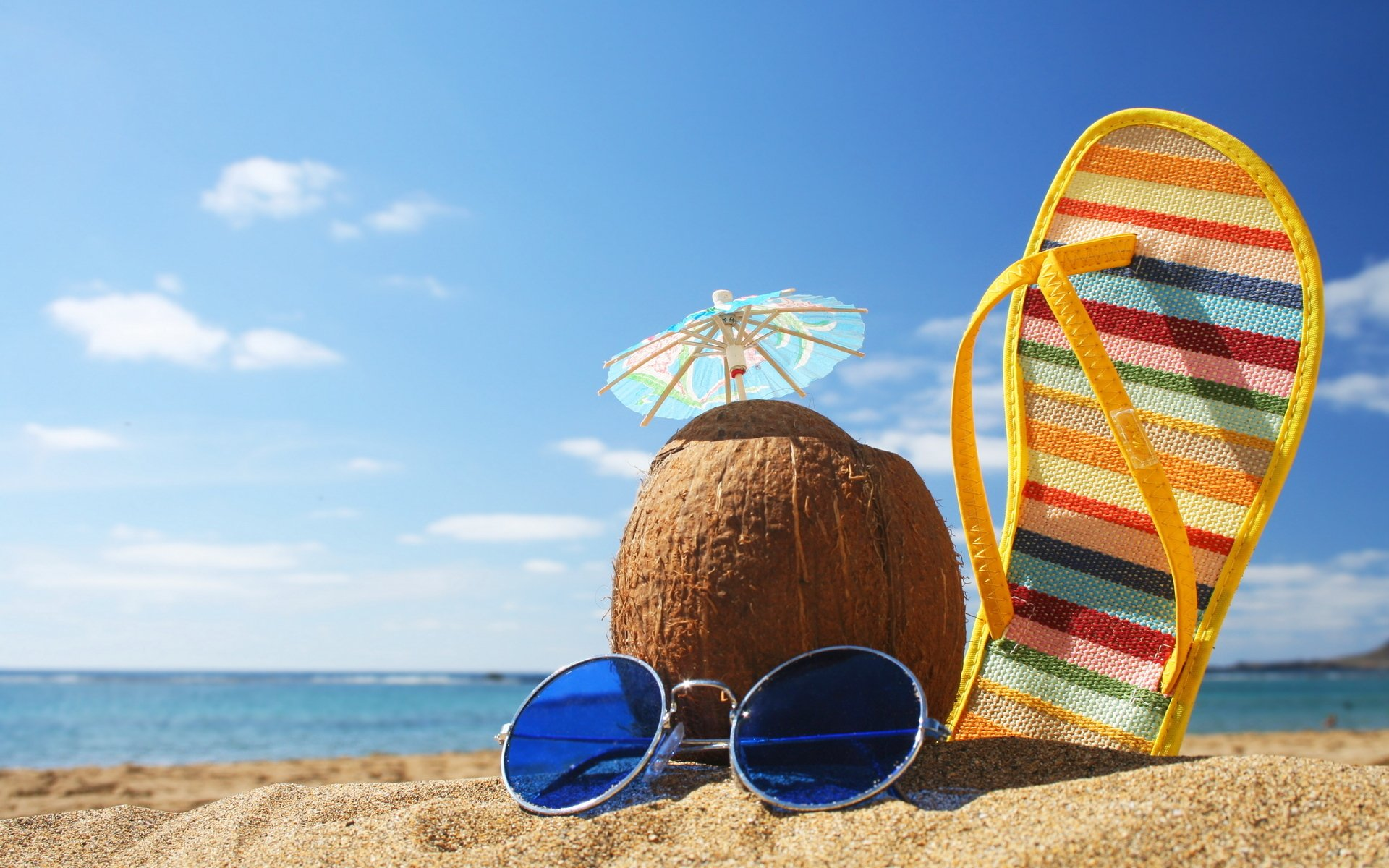 Пляж с желтыми зонтами скачать