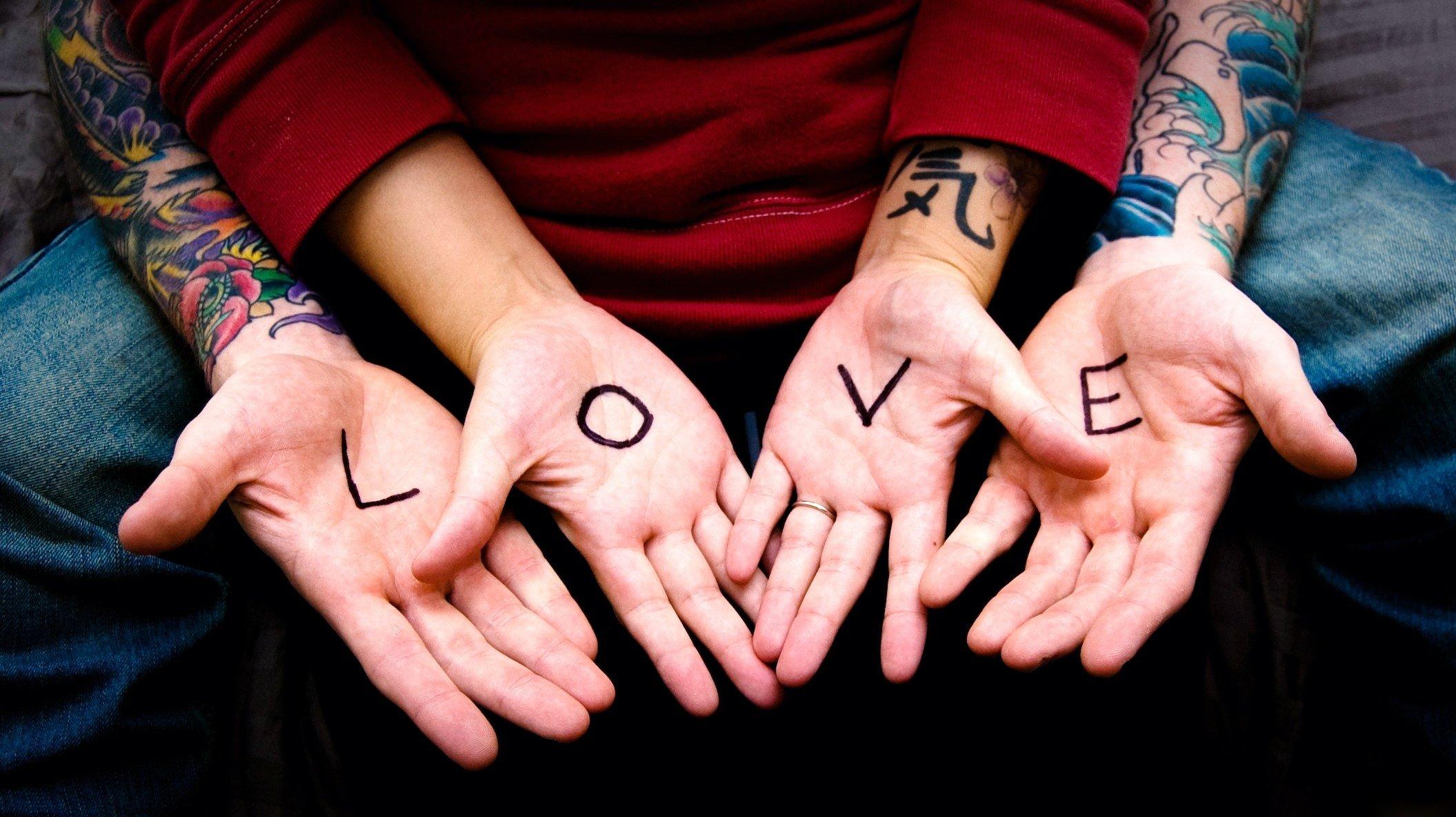 Наколка сердце держит руки