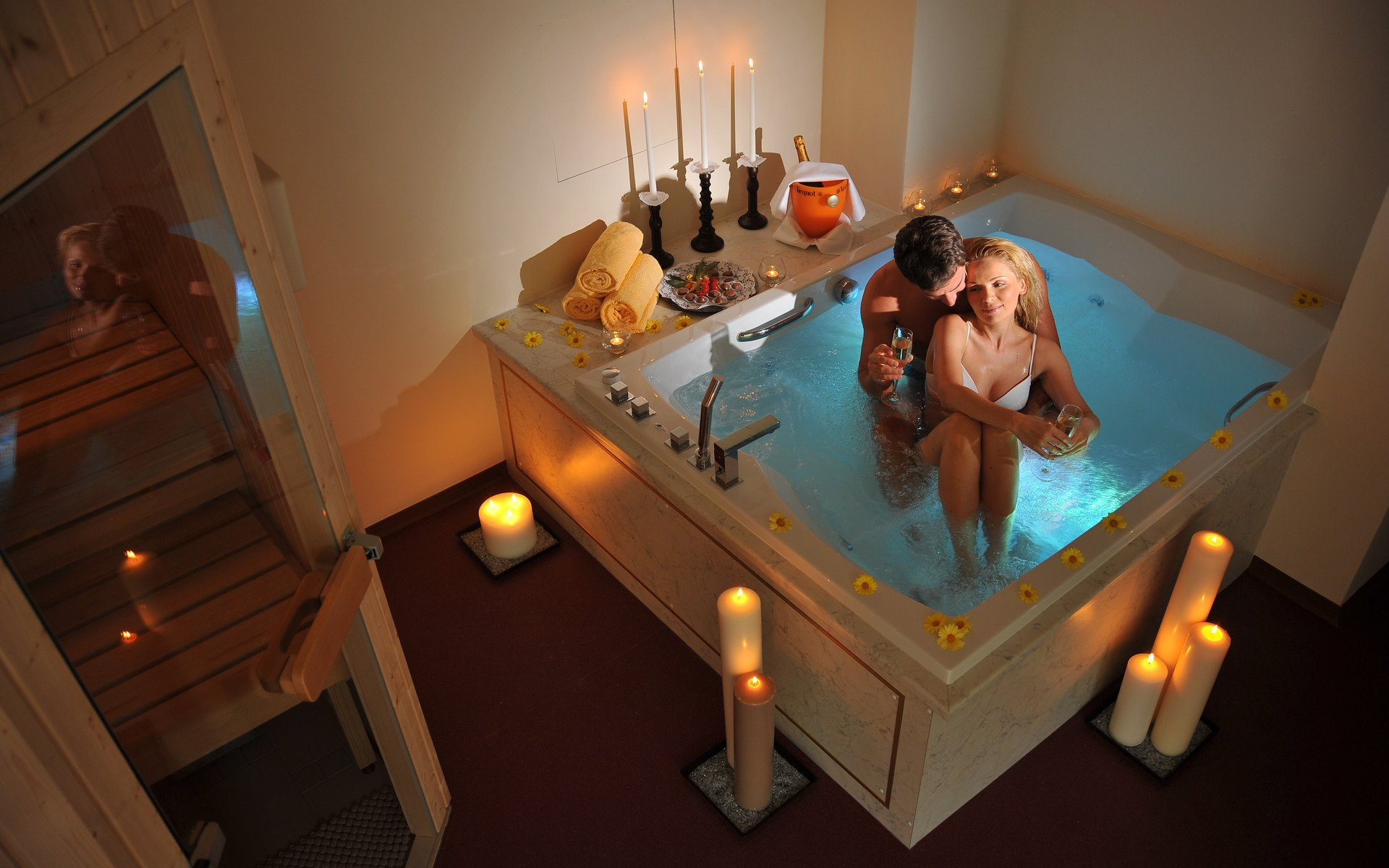 Hot model with big, sexy ass takes bath with male and massages him № 722603 без смс