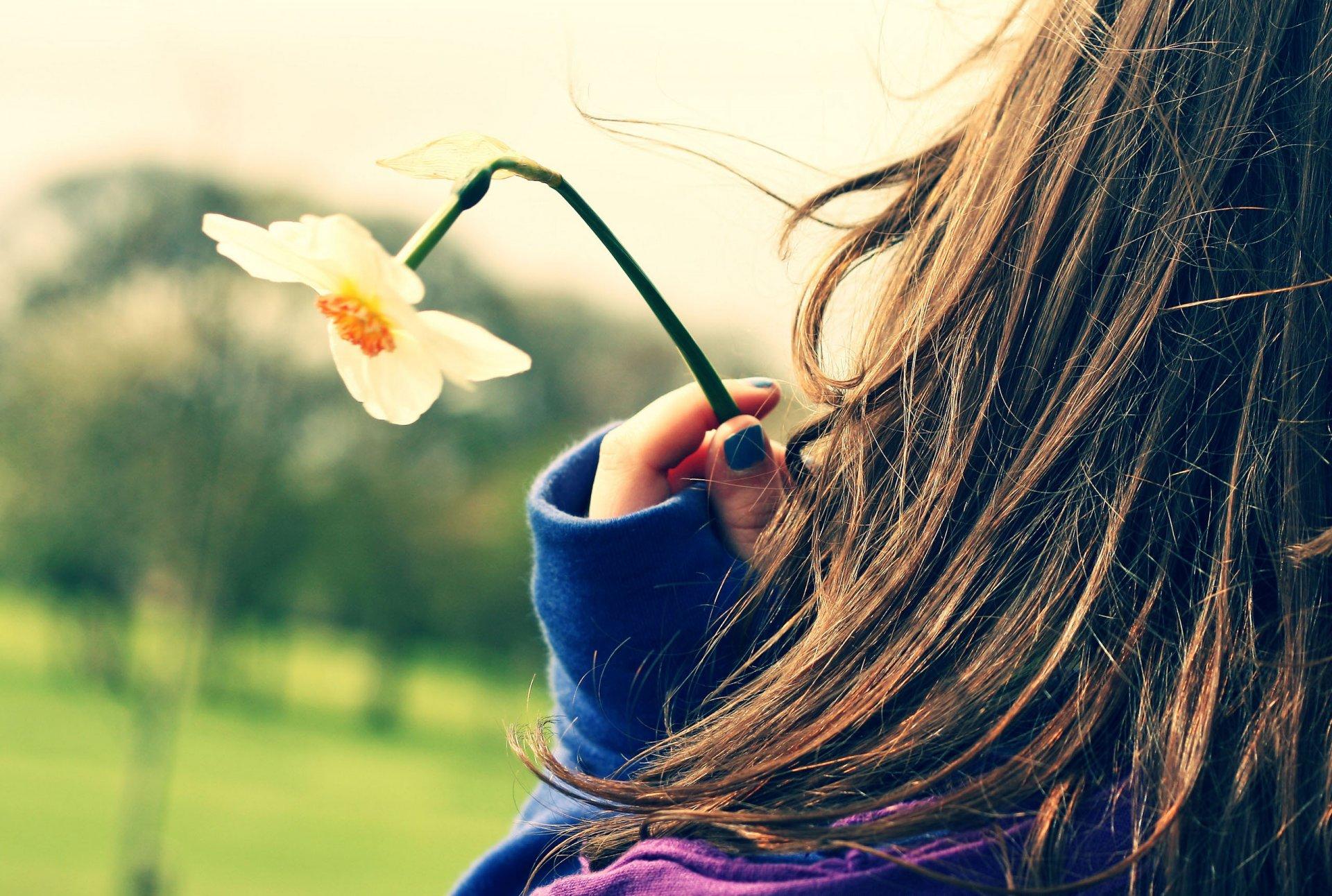 Фото девушки брюнетки на аву весной