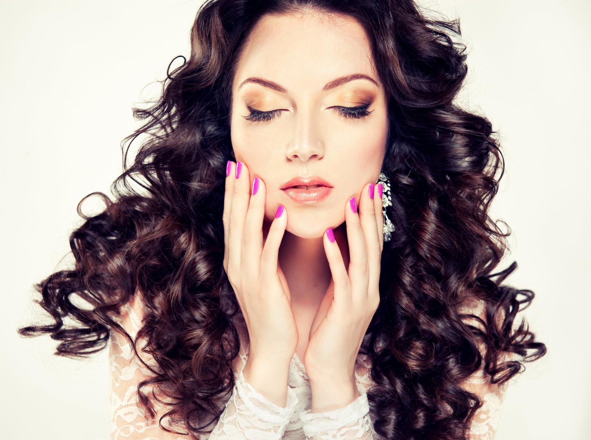 Девушка с макияжем и длинными волосами 251