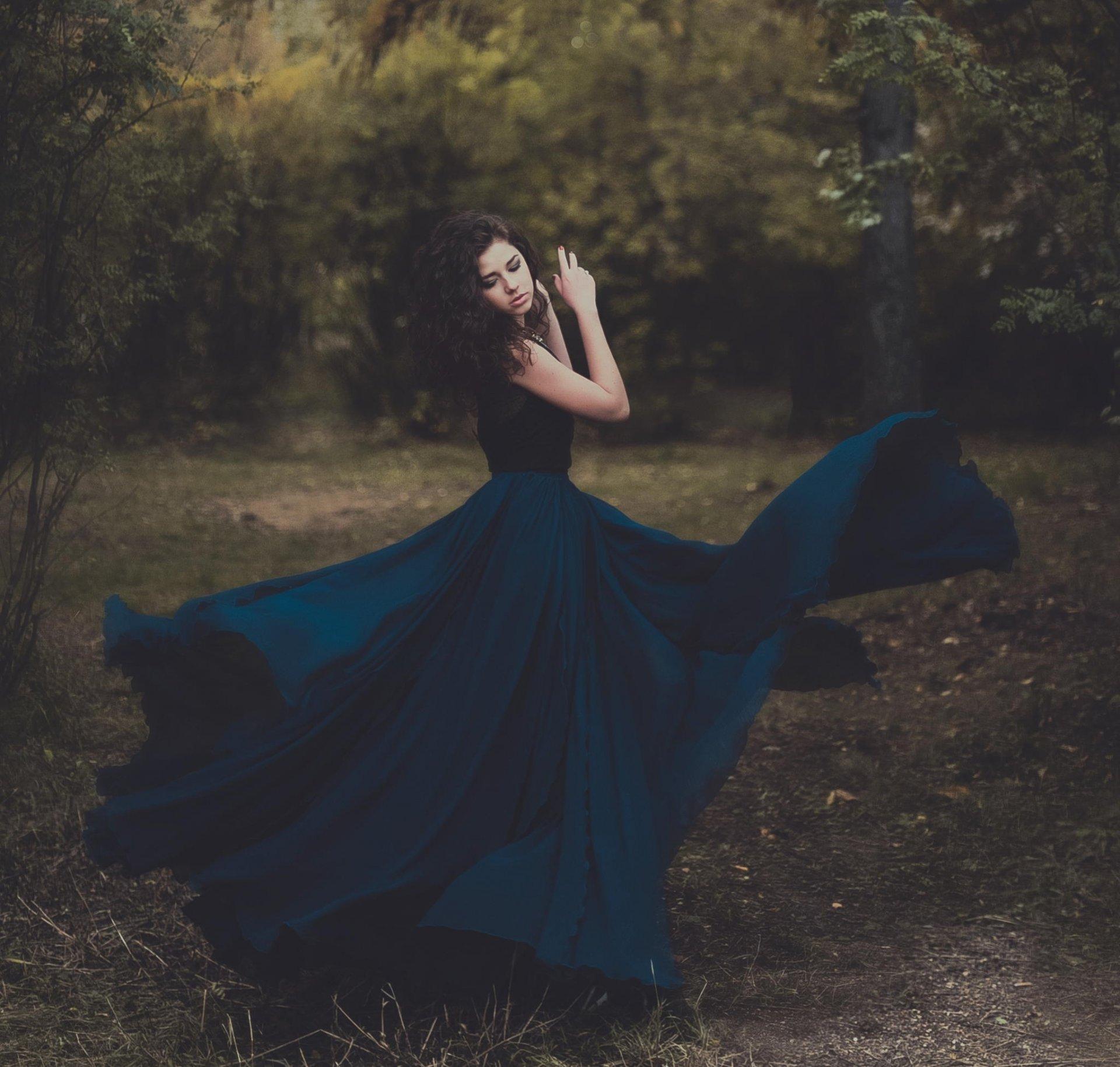 брюнетка в длинном платье фото