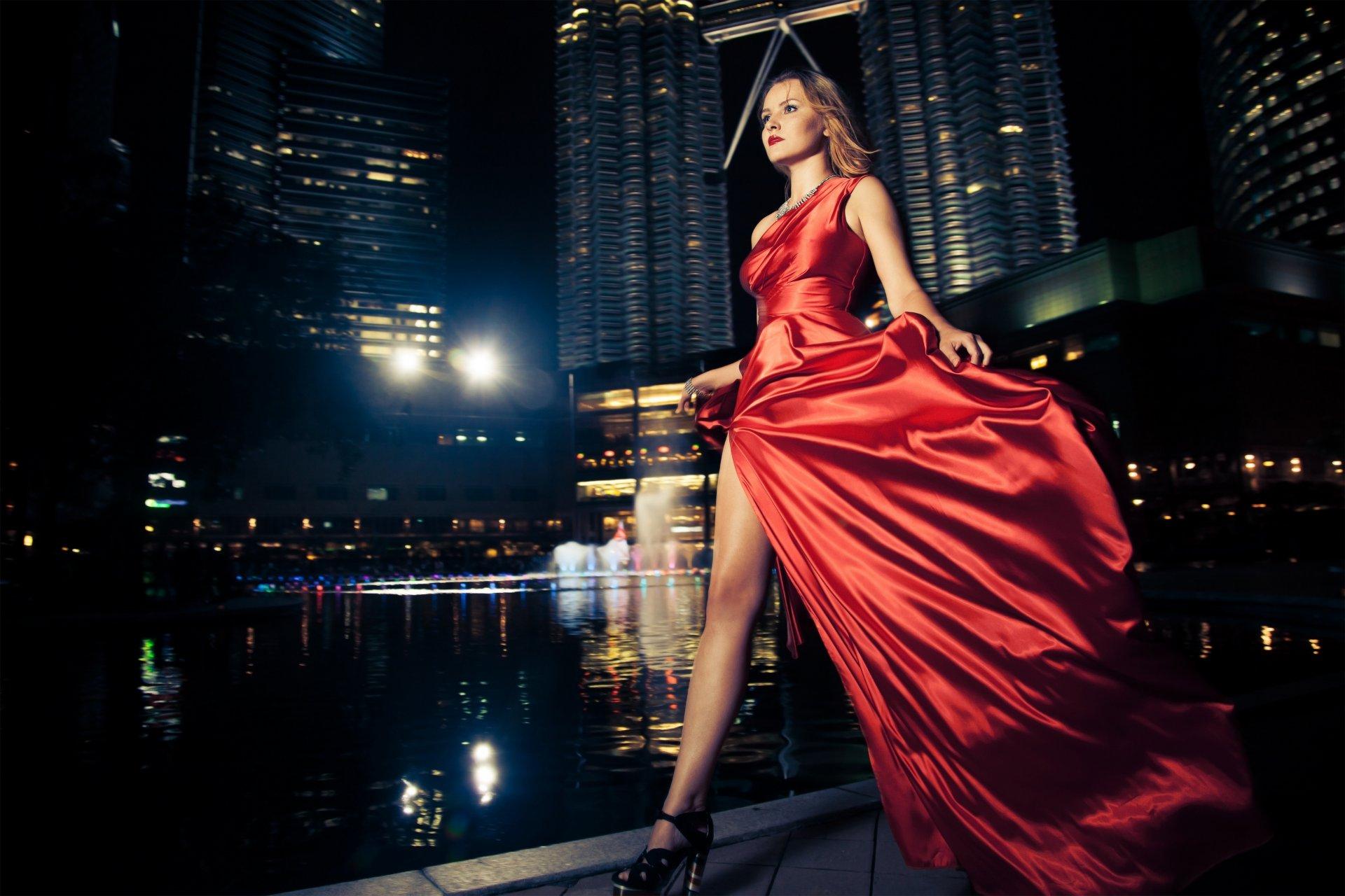 Фото девушек в вечернем платье в зданиях