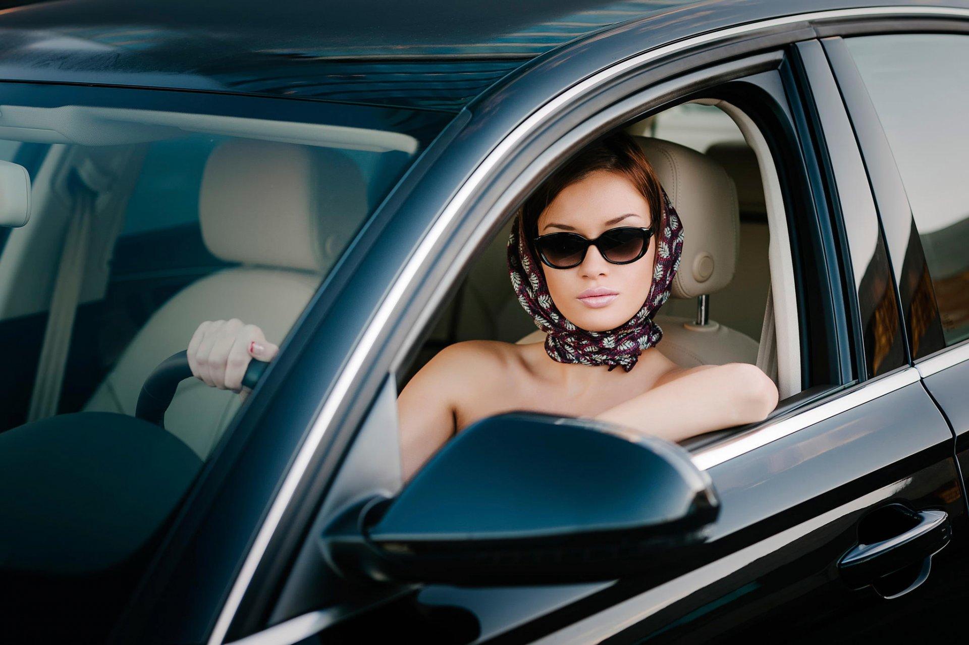 Сосет в машине русское порно